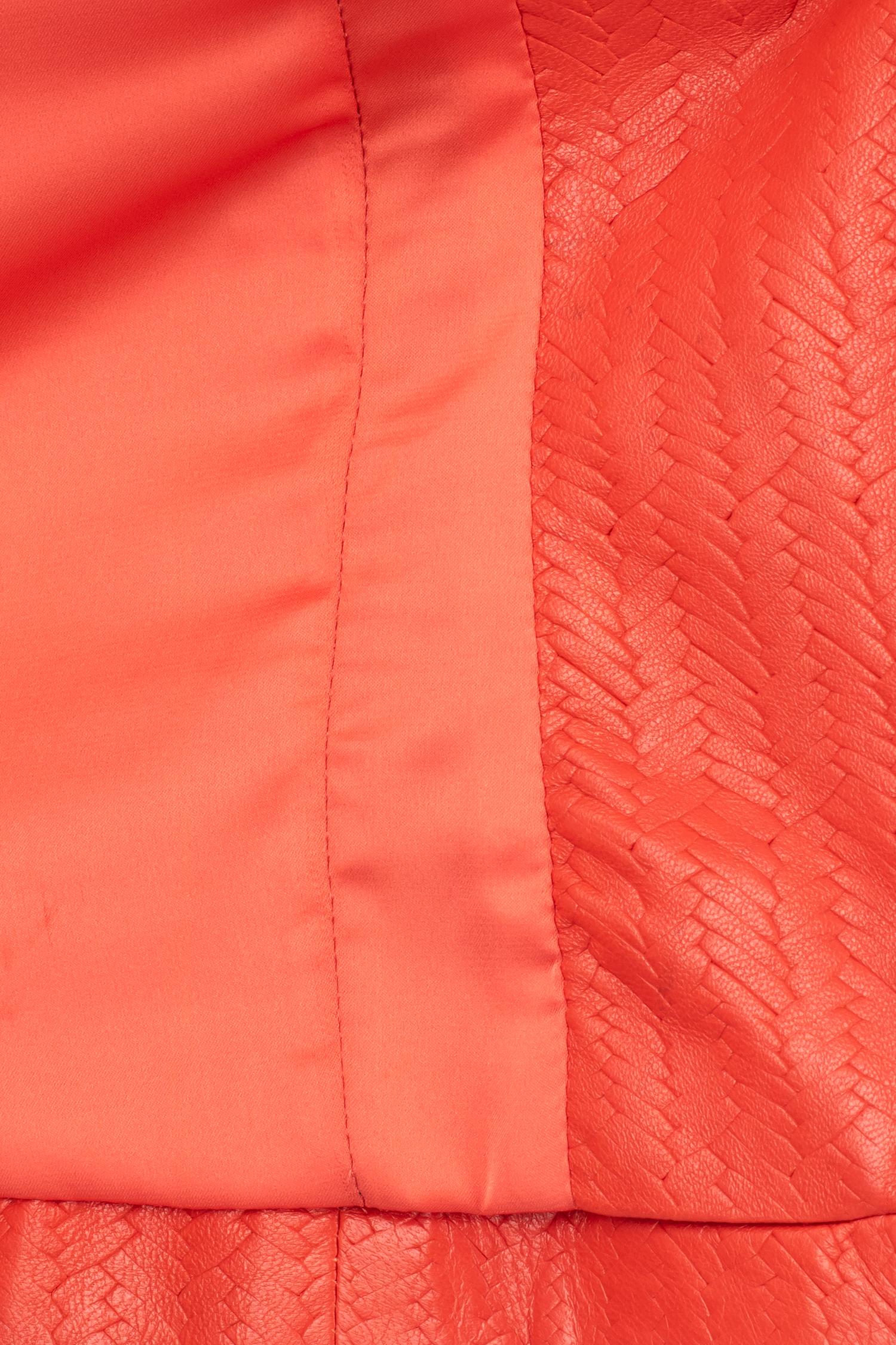 Фото 4 - Женская кожаная куртка из натуральной кожи без воротника от МОСМЕХА красного цвета