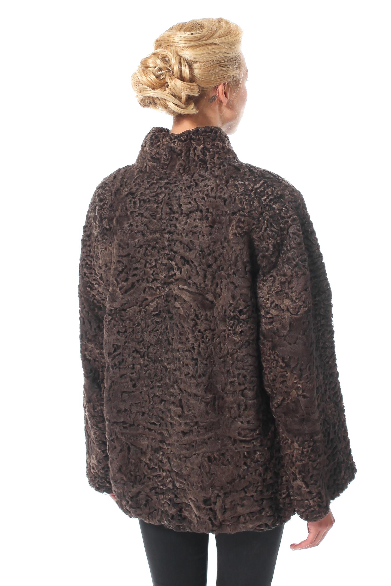 Фото 2 - Шубу из каракуля с воротником от МОСМЕХА коричневого цвета