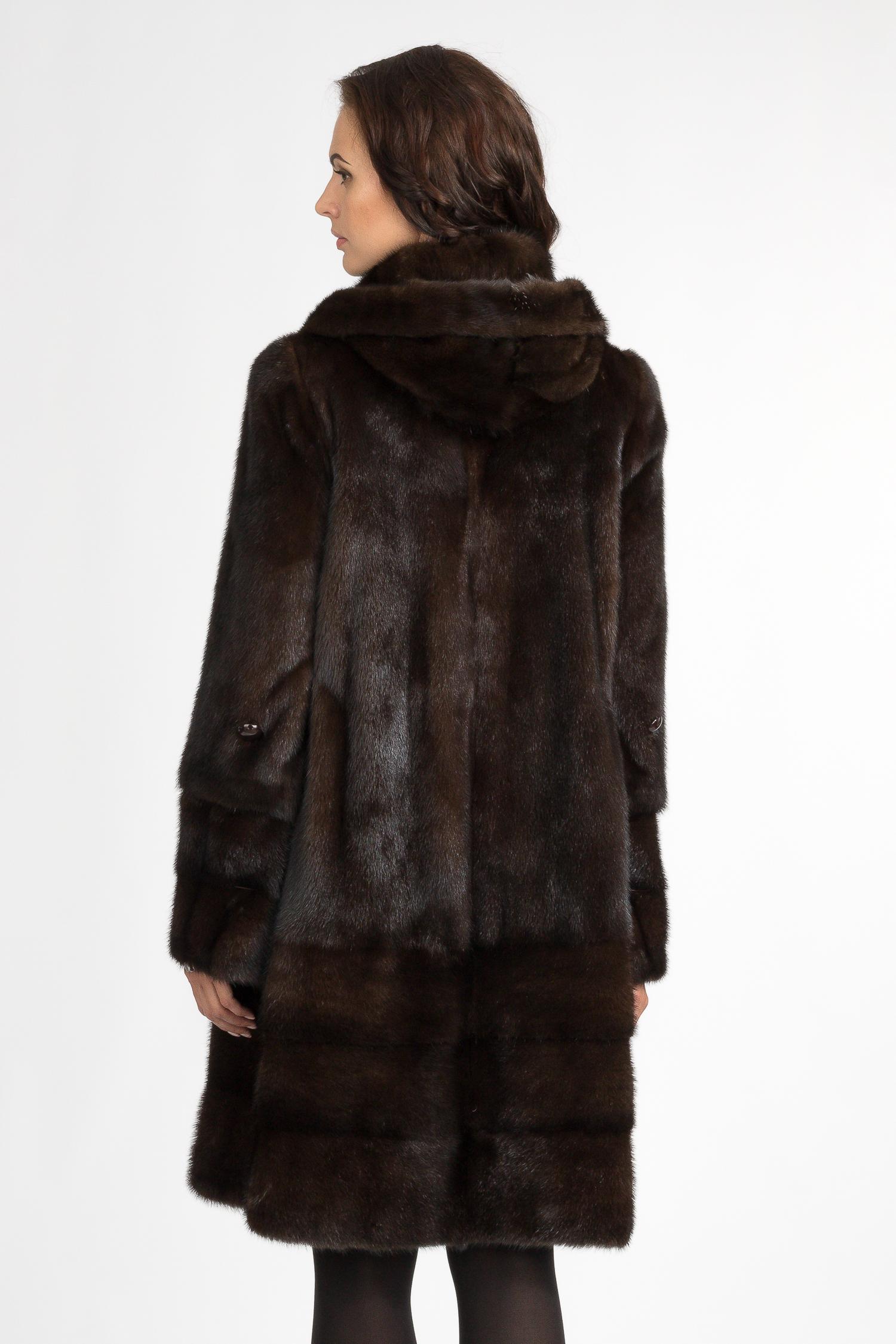 Пуховик женский из текстиля с капюшоном, отделка енот