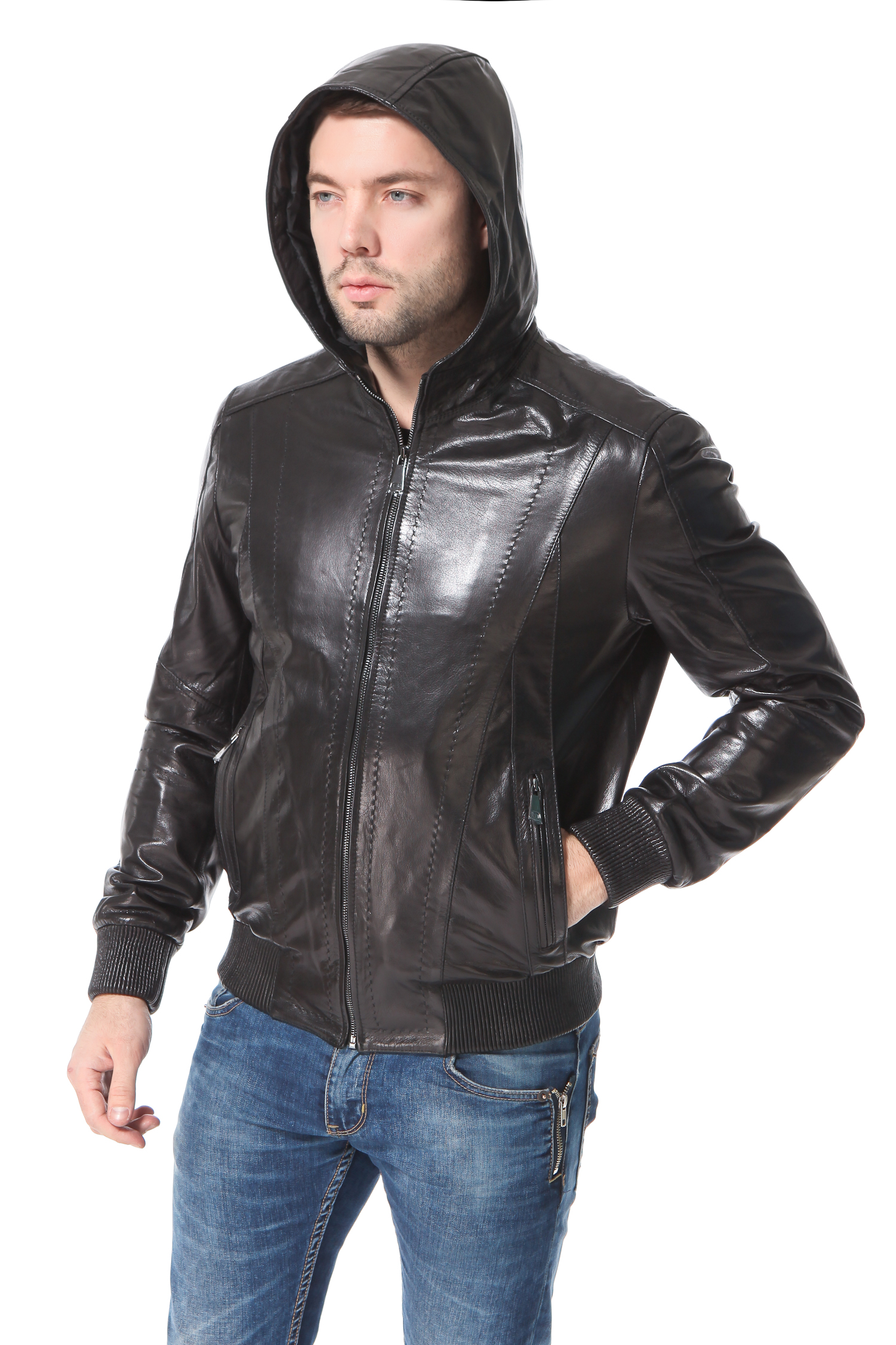 Мужская кожаная куртка из натуральной кожи с капюшономЦвет  кремний.<br><br>Продолжают пользоваться успехом спортивные модели  бомберы. Актуальность фасона держится уже несколько лет. Плотная резинка в области бедер и на манжетах позволит чувствовать себя уютно и комфортно. Аккуратный капюшон делает модель более мобильной. Отстрочка изделия выполнена капроновой нитью в тон кожи модным стежком punto. Два боковых кармана с металлическими молниями позволят держать под рукой все необходимое. Модель высоко оценят мужчины, любящие динамичность движений, удобство и комфорт.<br><br>Воротник: капюшон<br>Длина см: Короткая (51-74 )<br>Материал: Кожа овчина<br>Цвет: черный<br>Вид застежки: центральная<br>Застежка: на молнии<br>Пол: Мужской<br>Размер RU: 48