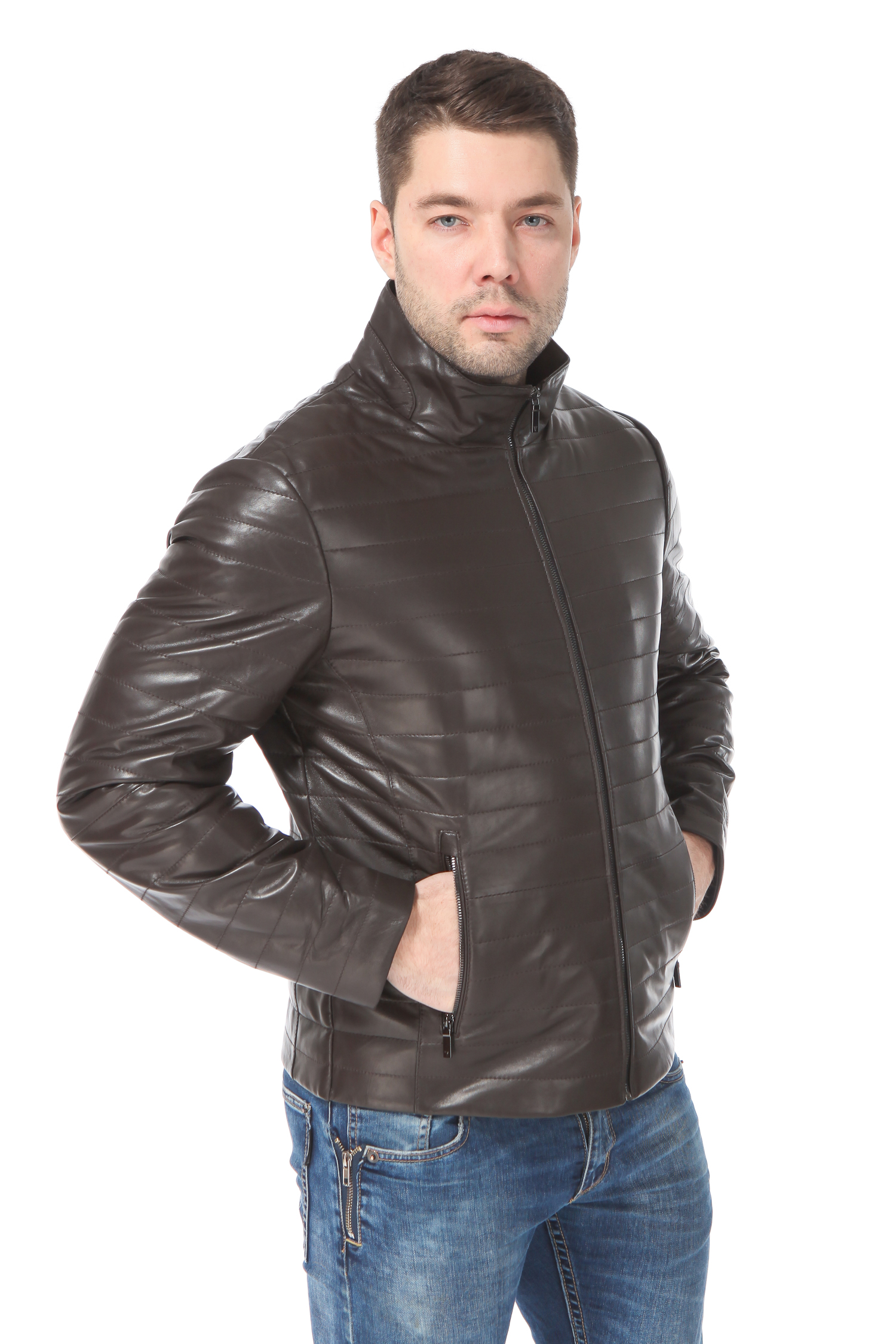 Мужская кожаная куртка из натуральной кожи утепленнаяЦвет - горький шоколад.<br><br>Кожаная куртка нейтрального цвета и лаконичного кроя - это основа осенне-весеннего гардероба.<br><br>Модель выполнена из высококачественной и очень мягкой кожи ягненка.<br><br>Куртка с застежкой на молнию дополнена боковыми карманами. В качестве украшения используется декоративная прострочка.<br><br>Воротник: стойка<br>Длина см: Короткая (51-74 )<br>Материал: Кожа овчина<br>Цвет: коричневый<br>Вид застежки: центральная<br>Застежка: на молнии<br>Пол: Мужской<br>Размер RU: 58