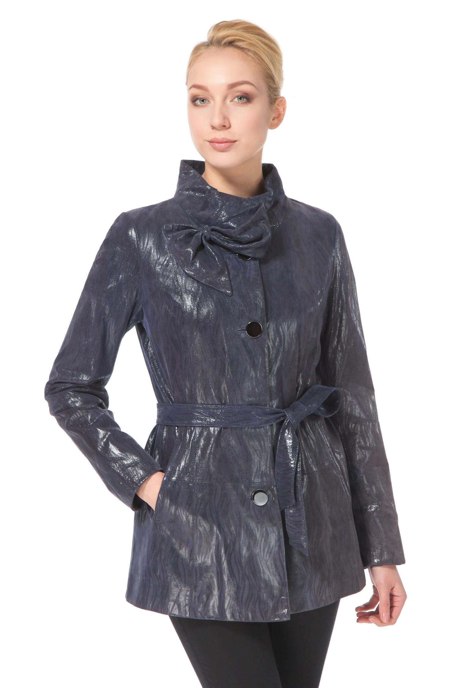 Женская кожаная куртка из натуральной замши (с накатом) с воротником, без отделкиЦвет  темно-синий авантюрин.<br><br>Глубокий цвет модели  темно-синий авантюрин  придает образу скрытую чувственность. Модель средней длины, в меру стильная и романтичная, удачно подчеркивает пропорции фигуры. Мягкий воротник-стойка и сложный оттенок синей гаммы делают образ очень женственным. Изюминкой модели является кокетливый декор в виде изящного банта. Мягкий пояс в тон изделия придает силуэту женственность, акцентируя внимание на элегантной линии бедра, одинаково безупречно она смотрится и без этого аксессуара. Крупные пуговицы добавляют образу выразительность, одновременно визуально вытягивая силуэт. Хотите разнообразить строгий гардероб чем-то не кричащим, но необычным? Тогда эта модель  именно то, что нужно.<br><br>Воротник: стойка<br>Длина см: Средняя (75-89 )<br>Материал: Замша<br>Цвет: синий<br>Вид застежки: центральная<br>Застежка: на пуговицы<br>Пол: Женский<br>Размер RU: 54