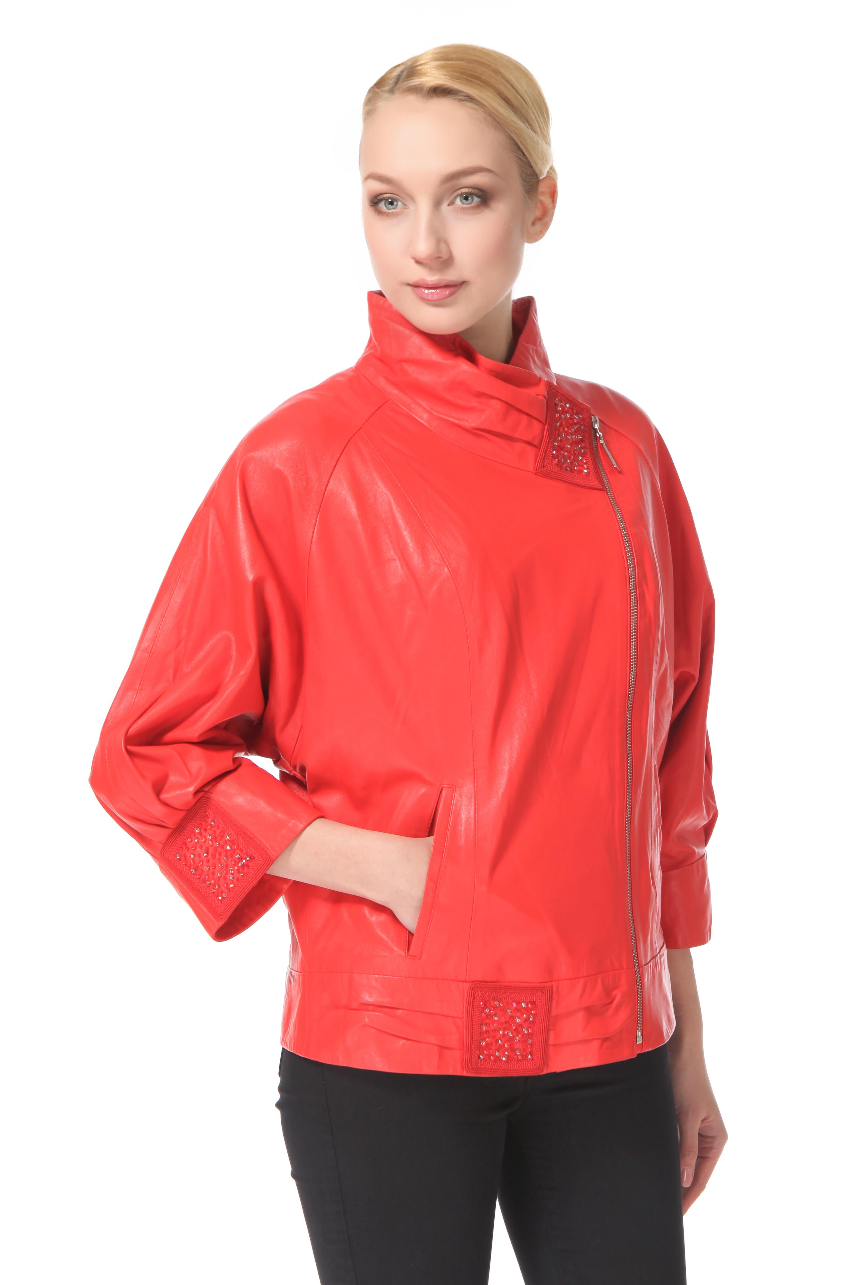 Женская кожаная куртка из натуральной кожи с воротником, без отделкиЦвет  венецианский красный (ярко-красный насыщенный).<br><br>Горячий тренд нового сезона  кожаная куртка-косуха, давно превратившаяся из китча в повседневную и везде уместную вещь. Данная модель симбиоз модного тренда, женственности и экспрессии. Роскошный оттенок красного цвета  цвета страсти, силы и новых побед, делает образ незабываемым, изящно задрапированный воротник, придает мягкость и женственность, длина рукава 3/4 и геометричный декор в тон изделия, придают модели актуальность, так как являются ведущими трендами сезона. Куртка создаст хорошее настроение своей обладательнице на весь день, и позволит выглядеть непревзойденно в любой ситуации.<br><br>Воротник: Стойка<br>Длина см: 65<br>Материал: Натуральная кожа<br>Цвет: Красный<br>Пол: Женский