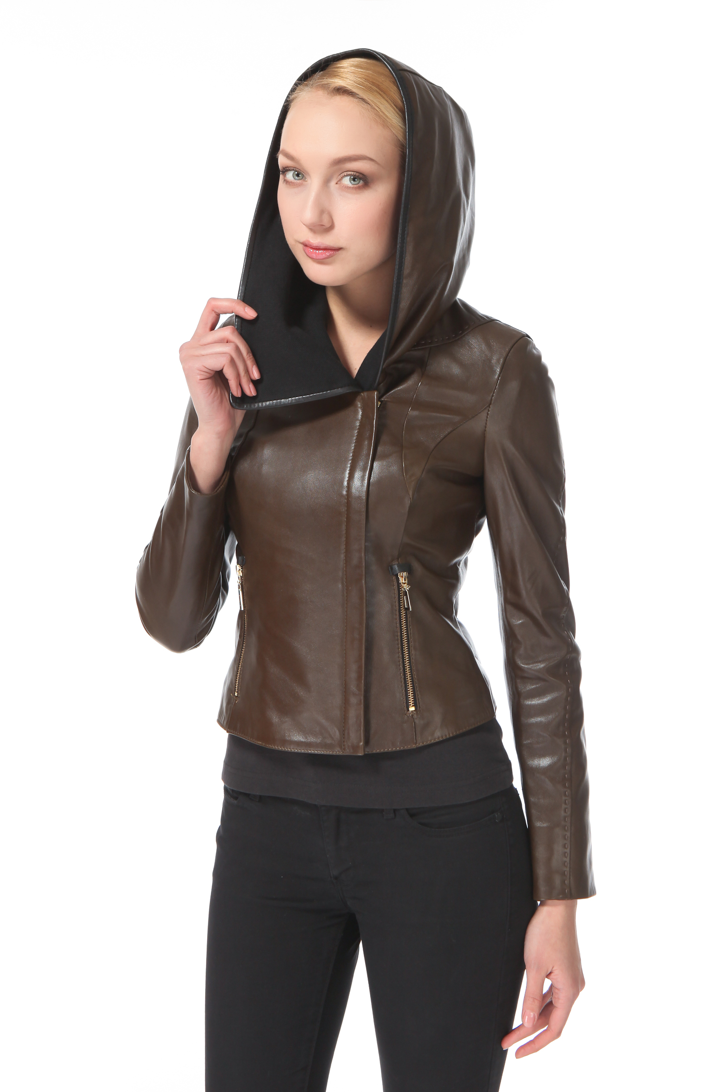 Женская кожаная куртка из натуральной кожи с воротником, без отделкиЦвет – лесной орех.Стильная модель «косуха» с золотистой фурнитурой, так актуальной в предстоящем сезоне, станет яркой и эффектной деталью вашего образа. Глубокий капюшон с контрастной подкладкой, успешно заменяющий головной убор, декор, напоминающий ручной стежок, элегантная планка, скрывающая молнию застежки, - все это неотъемлемые достоинства данной модели. Изделие позволит составлять всевозможные сочетания с юбками мини или макси, различными фасонами брюк и бриджей, джинсами, шортами и даже легинсами. Такая куртка — идеальный выбор для молодых женщин, знающих толк в стильных и достаточно универсальных вещах.<br><br>Длина см: 50<br>Материал: Натуральная кожа<br>Цвет: Коричневый<br>Пол: Женский