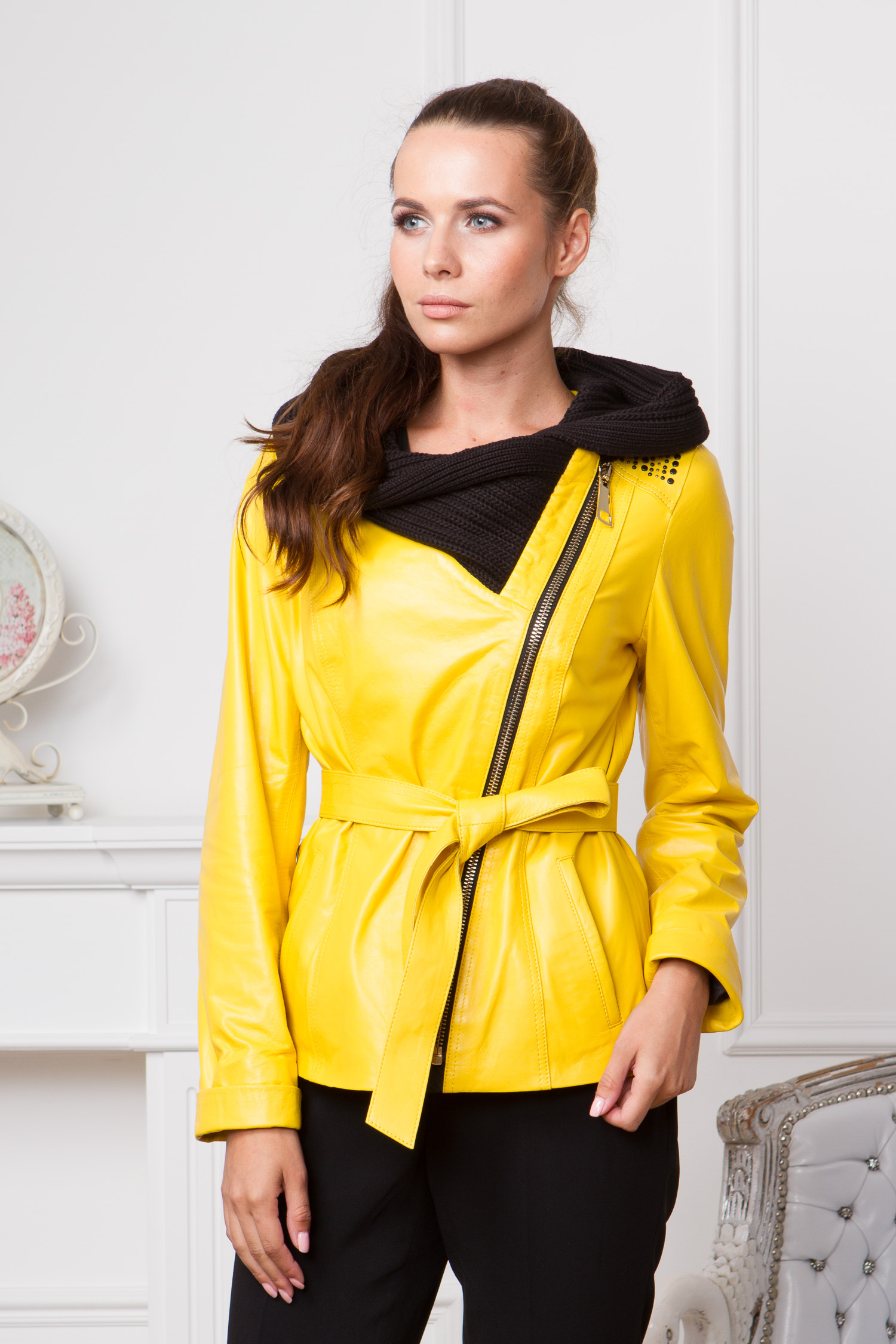 Женская кожаная куртка из натуральной кожи с капюшоном, без отделкиЦвет - лимонный.<br><br>Яркая куртка от Московской меховой компании выполнена из высококачественной натуральной кожи.<br><br>Благодаря оригинальному дизайну, модель станет незаменимой деталью гардероба поклонниц стилей casual или спорт-шик.<br><br>Главная деталь этой куртки - текстильный капюшон контрастного цвета. Объемные складки и структура ткани, визуально напоминают шарф.<br><br>Куртка застегивается на крупную ассиметричную молнию. Для дополнительного комфорта модель дополнена боковыми карманами и поясом. Завершают образ декоративные заклепки на плачах.<br><br>Воротник: капюшон<br>Длина см: Короткая (51-74 )<br>Материал: Кожа овчина<br>Цвет: желтый<br>Вид застежки: косая<br>Застежка: на молнии<br>Пол: Женский<br>Размер RU: 44