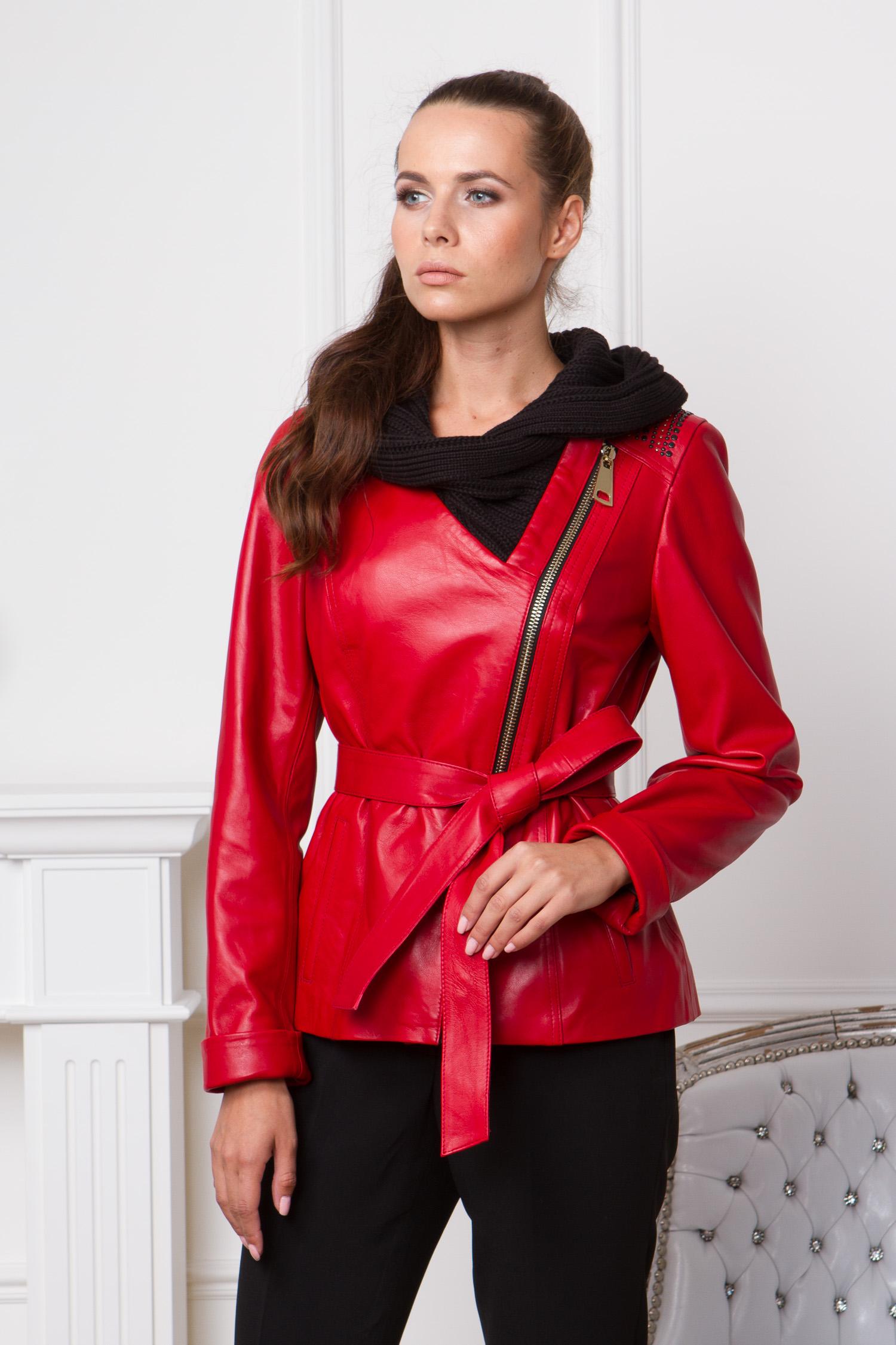 Женская кожаная куртка из натуральной кожи с капюшоном, без отделкиЦвет-алый.<br><br>Яркая куртка от Московской меховой компании выполнена из высококачественной натуральной кожи.<br><br>Благодаря оригинальному дизайну, модель станет незаменимой деталью гардероба поклонниц стилей casual или спорт-шик.<br><br>Главный акцент этой куртки - текстильный капюшон контрастного цвета.Объемные складки и структура ткани, визуально напоминают шарф.<br><br>Куртка застегивается на крупную ассиметричную молнию. Для удобства модель дополнена боковыми карманами и поясом.<br><br>Завершают образ декоративные заклепки на плачах.<br><br>Воротник: капюшон<br>Длина см: Короткая (51-74 )<br>Материал: Кожа овчина<br>Цвет: красный<br>Вид застежки: косая<br>Застежка: на молнии<br>Пол: Женский<br>Размер RU: 42
