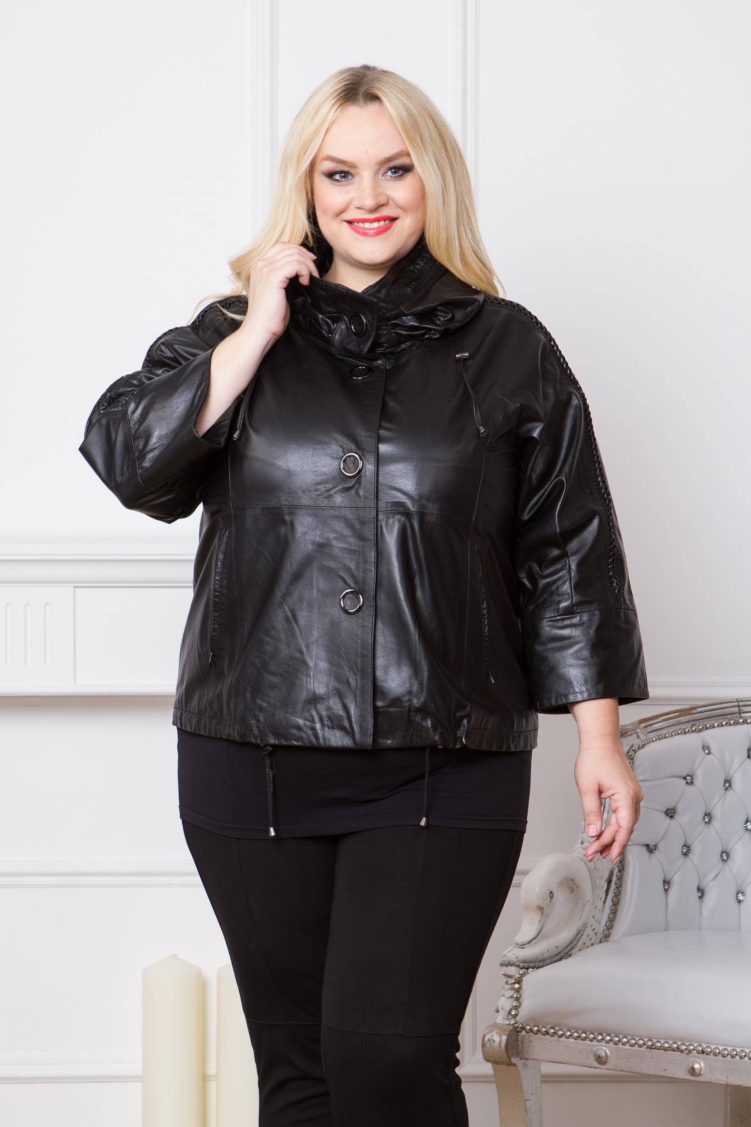 Женская кожаная куртка из натуральной кожи с капюшоном, без отделкиЦвет - оникс (черный).<br><br>Черная кожаная куртка - это основа любого гардероба. Модель выполнена из мягкой натуральной кожи ягненка с застежкой на кнопки. Главная деталь этой куртки - оригинальный объемный воротник-стойка. Это трансформер, при желании воротник превращается в капюшон из текстиля. Особого внимания в этой куртке заслуживают рукава. К их созданию дизайнеры отнеслись особенно внимательно. Это заметно по широкой пройме, укороченной длине 7/8 и декоративному рельефному рисунку. Изделие дополнено боковыми карманами с застежкой на скрытую молнию. Низ изделия регулируется кулиской.<br><br>Воротник: капюшон<br>Длина см: Короткая (51-74 )<br>Материал: Кожа овчина<br>Цвет: черный<br>Вид застежки: центральная<br>Застежка: на кнопки<br>Пол: Женский<br>Размер RU: 58