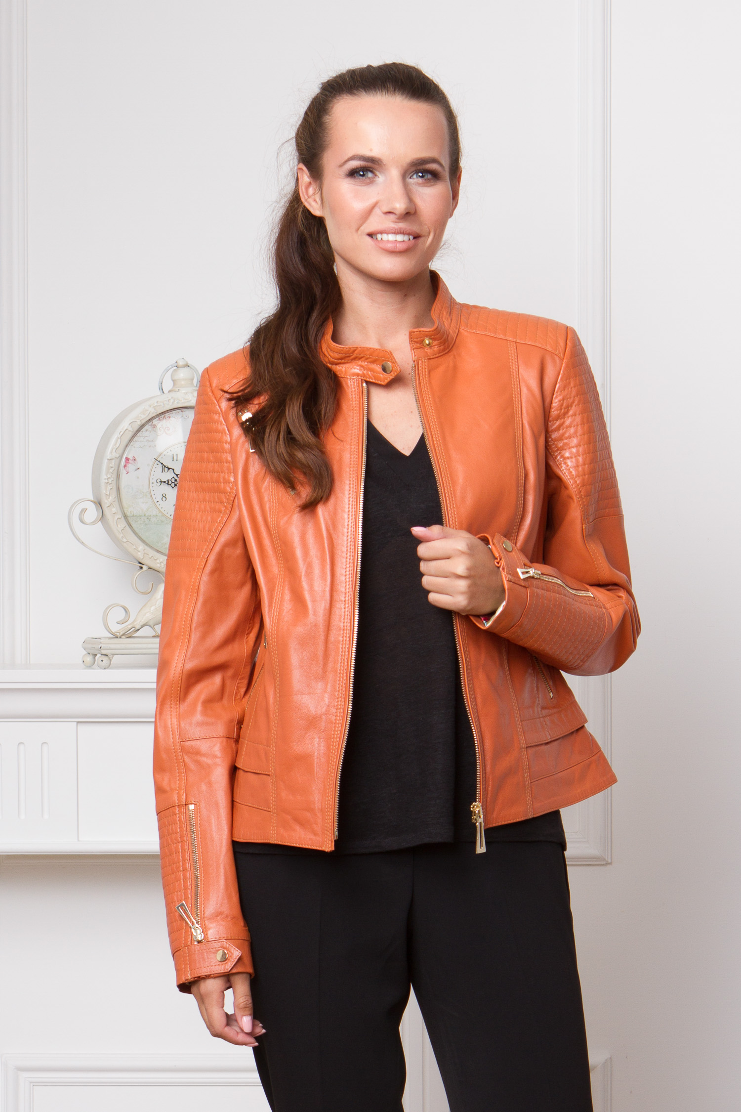 Женская кожаная куртка из натуральной кожи с воротником, без отделкиЦвет - мандариновый.<br><br>Мото-куртка яркого цвета - это главный тренд осенне-весеннего гардероба! Именно мото-куртки приходят на смену знаменитым косухам.<br><br>Куртка от Московской меховой компании выполнена из натуральной овчины. При изготовлении этой модели использовались выверенные лекала, благодаря чему, изделие имеет отличную посадку.<br><br>В каждой детали виден продуманный дизайн. Куртка застегивается на молнию, а небольшой воротник-стойка закреплен кнопкой. Боковые и нагрудный карманы также имеют застежку на молнию. В качестве украшения, дизайнеры использовали декоративную прострочку.<br><br>Воротник: стойка<br>Длина см: Короткая (51-74 )<br>Материал: Кожа овчина<br>Цвет: оранжевый<br>Вид застежки: центральная<br>Застежка: на молнии<br>Пол: Женский<br>Размер RU: 42