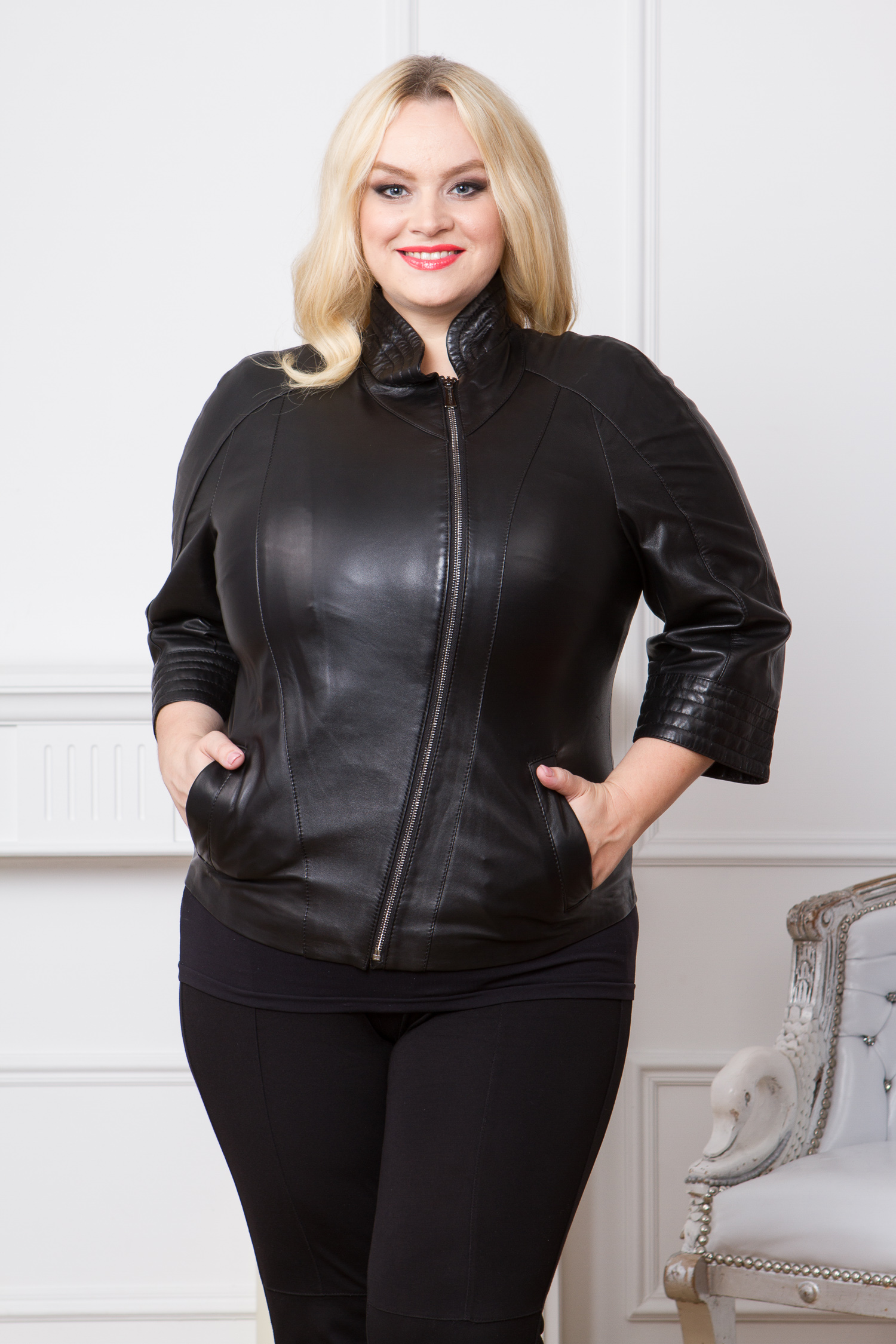 Женская кожаная куртка из натуральной кожи с воротником, без отделкиЦвет - оникс (черный).<br><br>Великолепная кожаная куртка в стиле casual станет основой гардероба осенью или весной. Благодаря лаконичному крою и нейтральному черному цвету, куртка очень хорошо сочетается с джинсами, брюками или платьем. Несмотря на классический фасон и отсутствие крупных деталей, дизайн куртки выглядит очень оригинально. Во многом благодаря необычному воротнику-стойке и укороченным рукавам. Дизайн изделия дополнен ассиметричной молнией и боковыми карманами.<br><br>Воротник: стойка<br>Длина см: Короткая (51-74 )<br>Материал: Кожа овчина<br>Цвет: черный<br>Вид застежки: косая<br>Застежка: на молнии<br>Пол: Женский<br>Размер RU: 52