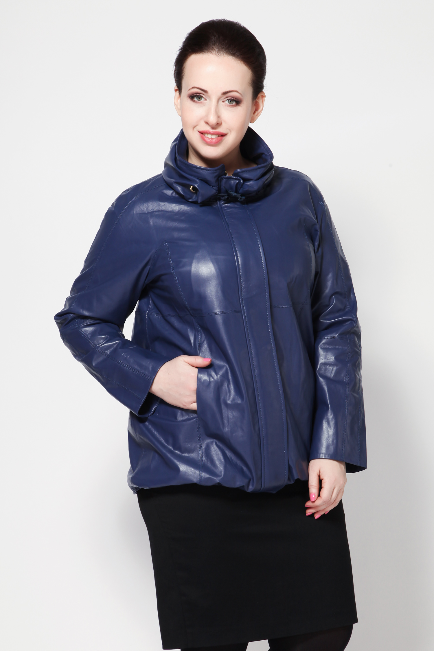 Женская кожаная куртка из натуральной кожи с воротником, без отделки<br><br>Воротник: стойка<br>Длина см: Короткая (51-74 )<br>Материал: Кожа овчина<br>Цвет: синий<br>Вид застежки: потайная<br>Застежка: на молнии<br>Пол: Женский<br>Размер RU: 48