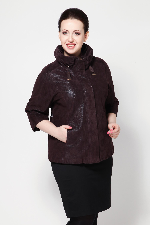 Женская кожаная куртка из натуральной замши (с накатом) с воротником, без отделкиФиолетовая куртка из натуральной замши с накатом  это стильная новинка нашего каталога. Выполненная из замши прекрасного качества, она займет первое место в вашем весеннем гардеробе. Легкая и модная, простая и удобная по крою, она еще и довольно теплая  подходит на на разную погоду.<br><br>В этом сезоне очень модно носить куртки с укороченными рукавами. Верх этой модели представляет собой воротник-стойку, который подчеркивает и слегка удлиняет шею.<br><br>Куртка застегивается на скрытую молнию, по бокам два вертикальных кармана, довольно вместительных, в комплекте идут перчатки из трикотажа. Данная модель благодаря такому цвету и покрою одинаково хорошо подойдет и к мини-юбке, и к джинсам, и к узким брюкам. Отличный выбор!<br><br>Воротник: стойка<br>Длина см: Короткая (51-74 )<br>Материал: Замша<br>Цвет: фиолетовый<br>Вид застежки: потайная<br>Застежка: на молнии<br>Пол: Женский<br>Размер RU: 48