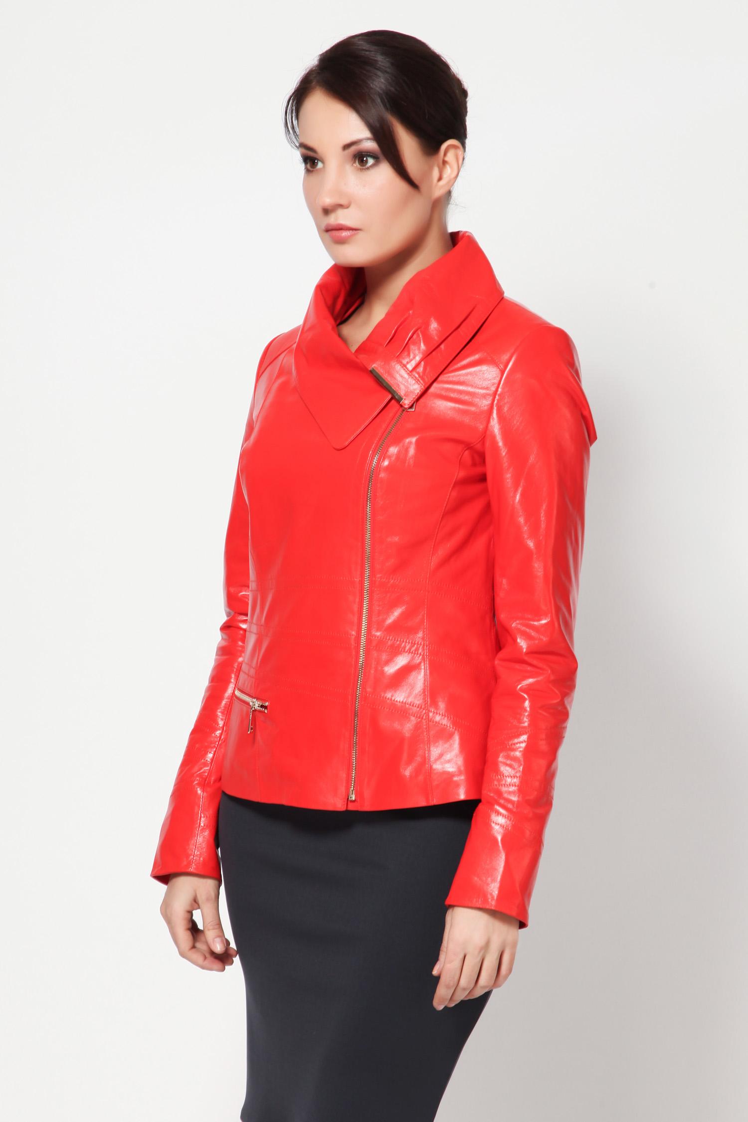 Женская кожаная куртка из натуральной кожи с воротником, без отделкиМолодые, стройные, дерзкие, уверенные в себе, яркие и стильные  эта новинка для вас! Оригинальная ярко-красная кожаная куртка, станет для вас синонимом свободы и раскрепощенности.<br><br>Первое, что привлекает внимание в данной модели  это, конечно же, цвет. Красный цвет по традиции связывается с цветом пламени. Девушка, предпочитающая красный цвет в одежде, не без основания считает себя лучшей. Это цвет страсти натуры и силы характера.<br><br>Куртка сделана из мягкой кожи. С этой моделью невероятным образом сочетается все  от мини-юбки до джинсов. Модель приталенная, идеально подчеркивает фигуру. Прямая линия застежки и отложной воротник со смещением акцентируют внимание на шее. Рукава прямые, длинные и узкие.<br><br>Подкладка украшена крупными разноцветными полосками. Такую куртку очень приятно носить!<br><br>Воротник: Оригинальный<br>Длина см: 55<br>Материал: Плонже<br>Цвет: Красный<br>Пол: Женский