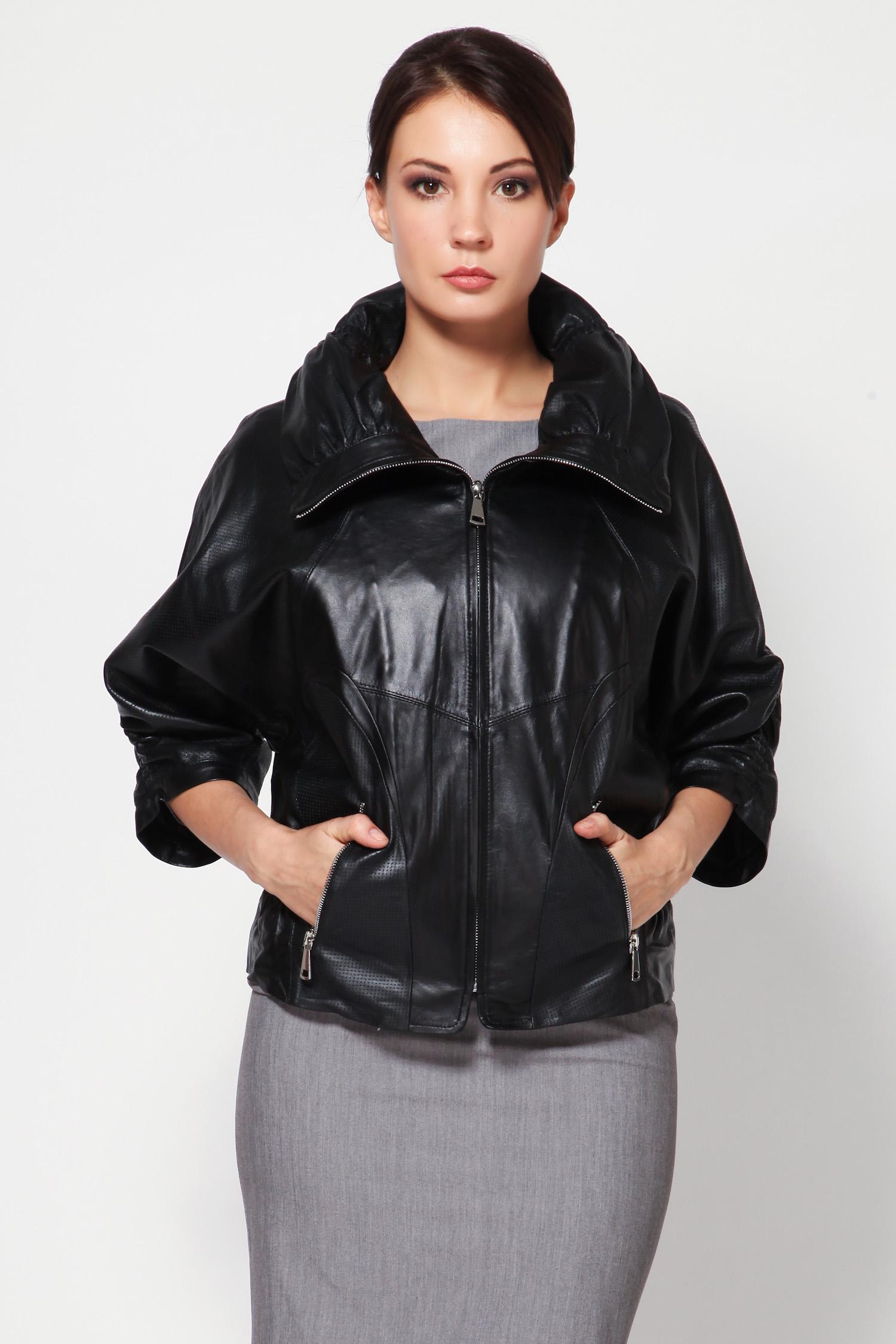 Женская кожаная куртка из натуральной кожи с воротником, без отделкиЭта невероятно стильная куртка - настоящая находка для ярких жизнелюбивых модниц. Модель отлично сидит по фигуре, застежка и карманы идут на молнии, а это значит, что она дополнительно подчеркнет красоту вашего силуэта.<br><br>В этой потрясающе удобной куртке, можно не только просто ходить по улицам города, но и наслаждаться свободой за рулем. С этой моделью так просто быть смелой и уверенной!<br><br>Воротник: Оригинальный<br>Длина см: 55<br>Материал: Плонже/перфорация<br>Цвет: Черный<br>Пол: Женский