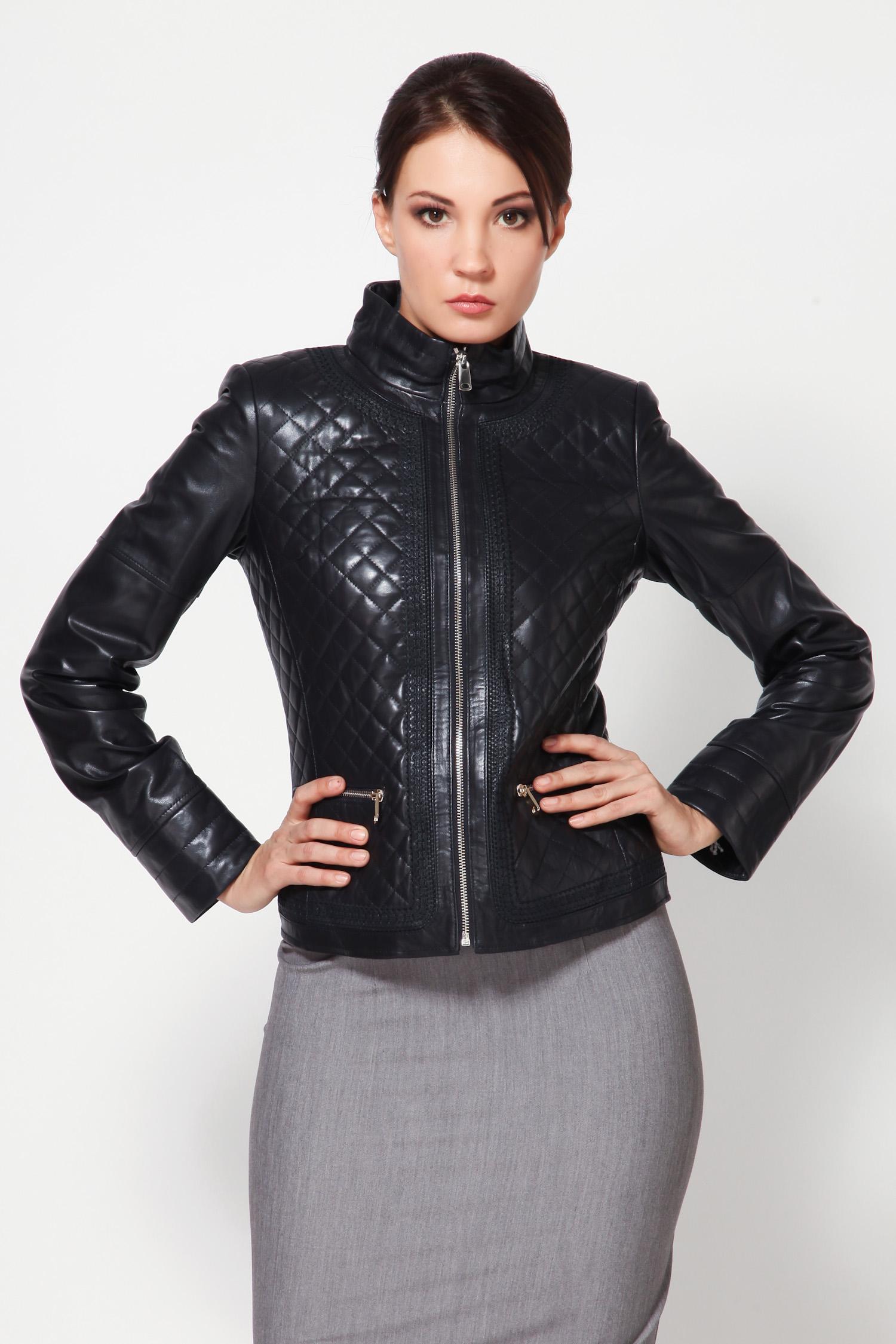Женская кожаная куртка из натуральной кожи с воротником, без отделкиВыбирайте свой стиль, молодежный, интересный и креативный. Куртка замечательного исполнения, несомненно подчеркнет все Ваши достоинсва.<br><br>Превосходная куртка, которая выполнена из натуральной кожи. Модель с застежкой на молнию снабжена воротником-стойкой и функциональными карманами на замке.<br><br>Отличный и очень удобный вариант для демисезонного периода! Что еще нужно модницам?!<br><br>Воротник: Стойка<br>Длина см: 55<br>Цвет: Синий<br>Пол: Женский