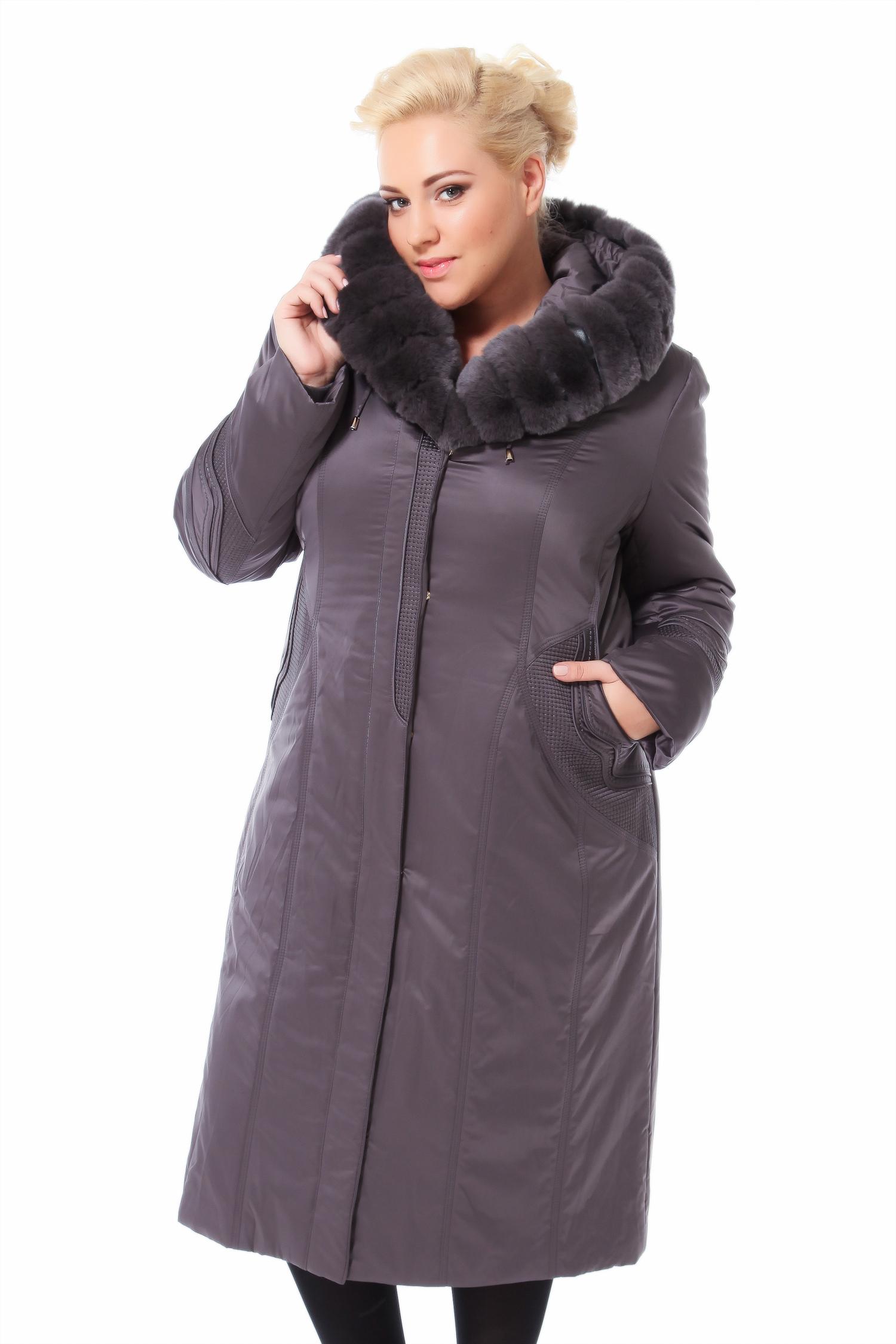 Пальто на меху с капюшоном, отделка кроликЦвет  стальной.<br><br>Пальто-пихора сшито из полиэстера. Отделка выполнена из меха кролика Рекс. В качестве утеплителя использован синтепон, а также подстежка из меха кролика.<br><br>Прямой, лаконичный силуэт, минимум деталей, демонстрируют классические представления россиян о зимней одежде . Плотная ткань защищает от ветра и отталкивает влагу. Благодаря подкладке из меха кролика и комфортной длине вещь очень теплая и легкая. Очень удобно, что без меховой подстежки верхняя часть изделия также является самодостаточной. Длина этой модели  110 см, под такое пальто можно подобрать любой наряд и забыть, что такое непрактичная верхняя одежда. Эта комфортная модель подходит для разных типов фигур. Объемный меховой капюшон выигрышно дополняет образ, придавая ему элегантность.<br><br>Воротник: капюшон<br>Длина см: Длинная (свыше 90)<br>Материал: Текстиль<br>Цвет: серый<br>Вид застежки: центральная<br>Застежка: на молнии<br>Пол: Женский<br>Размер RU: 56