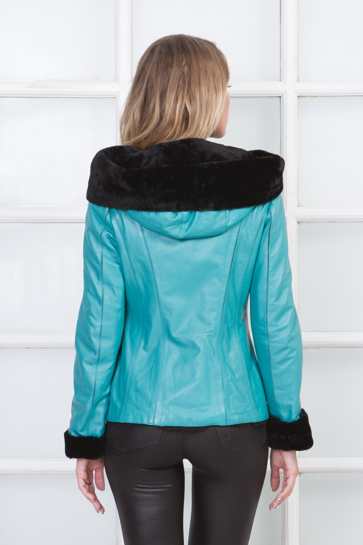 Фото 4 - Женская кожаная куртка из натуральной кожи на меху с капюшоном от МОСМЕХА бирюзового цвета