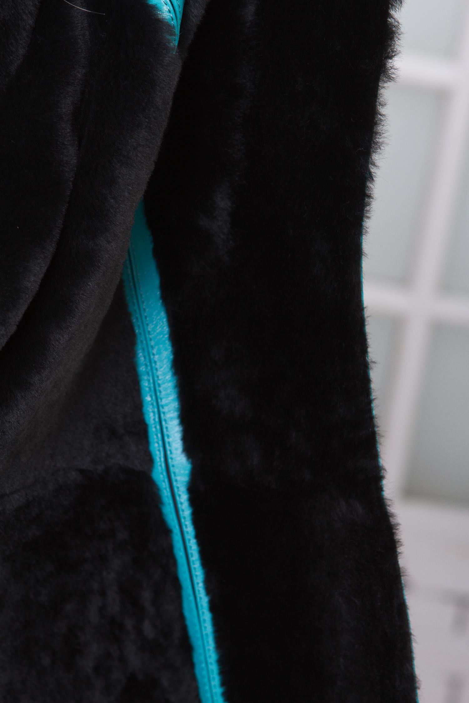Фото 3 - Женская кожаная куртка из натуральной кожи на меху с капюшоном от МОСМЕХА бирюзового цвета