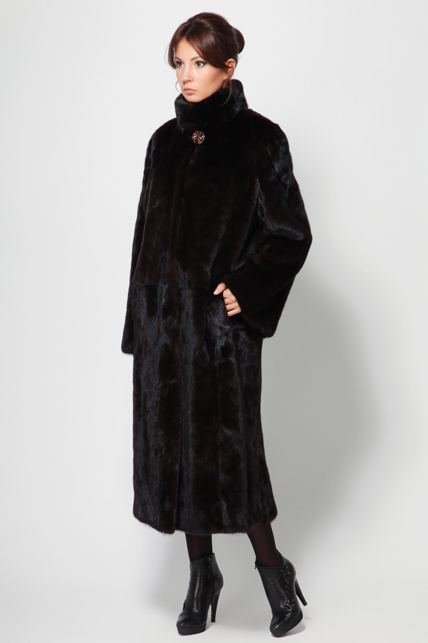 Шуба из норки с воротником, без отделкиШикарное норковое пальто из меха скандинавской норки, насыщенного и яркого темно-коричневого цвета Scanbrown. Это изделие позволит Вам создать поистине роскошный и презентабельный образ, не лишенный женственности и обаяния.<br><br>Украшением служит элегантный воротник-стойка, который дополнен красивой пуговицей. Прямая модель создает некий шарм. Отличный выбор!<br><br>Воротник: Стойка<br>Длина см: 120<br>Цвет: Коричневый (Mahogany)<br>Пол: Женский