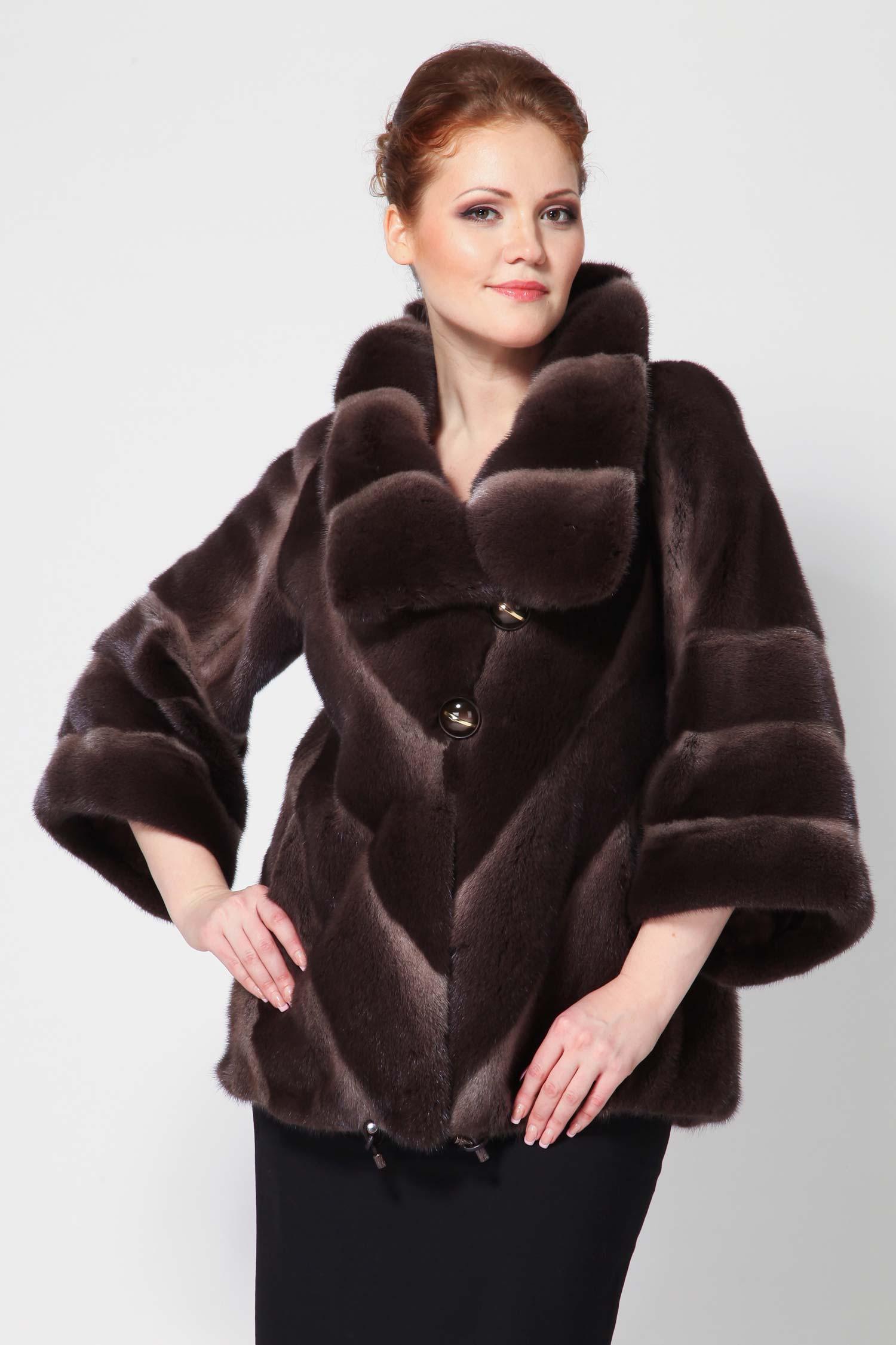 Пальто из норки с воротником, без отделкиЭлегантная и очень необычная норковая куртка станет незаменимой базовой вещью у любой модницы.Шуба выполнена из шикарной скандинавской норки коричневого цвета с переходом к более светлому тону Scanglow.<br><br>Модель с укороченными рукавами, спереди украшена несколькими красивыми пуговицами. Прямой силуэт и оригинальный воротник - придают изделию шика. По бокам расположены удобные карманы. Снизу идет кулиска. Превосходная модель выделит Вас среди окружающих и станет центральной вещью в Вашем зимнем гардеробе.<br><br>Воротник: Оригинальный<br>Длина см: 70<br>Цвет: Светло-коричневый<br>Пол: Женский