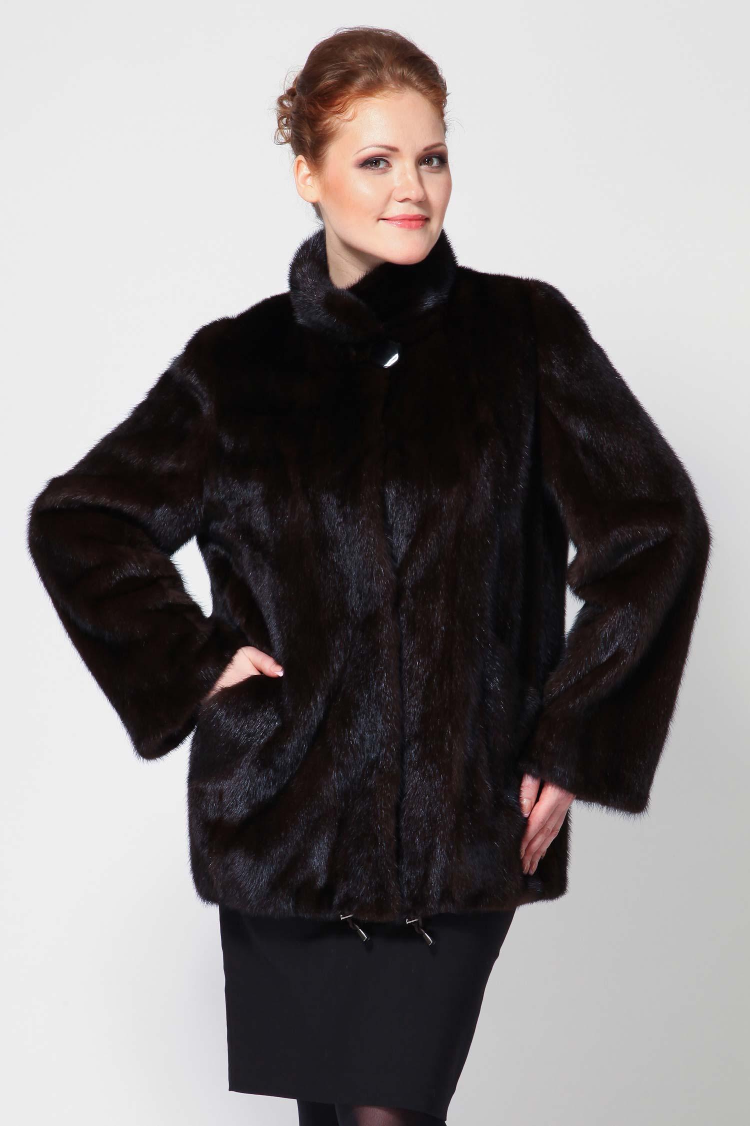 Куртка из норки с воротником, без отделкиВосхитительная куртка из меха норки, выполненное в элегантном женственном исполнении. Модель дополнена изысканным воротником-стойкой, длинными рукавами, вместительными карманами. Куртка оформлена снизу кулиской и очень гармоничной фиксирующей пуговицой на воротнике. Шикарная модель!<br><br>Пол: Женский
