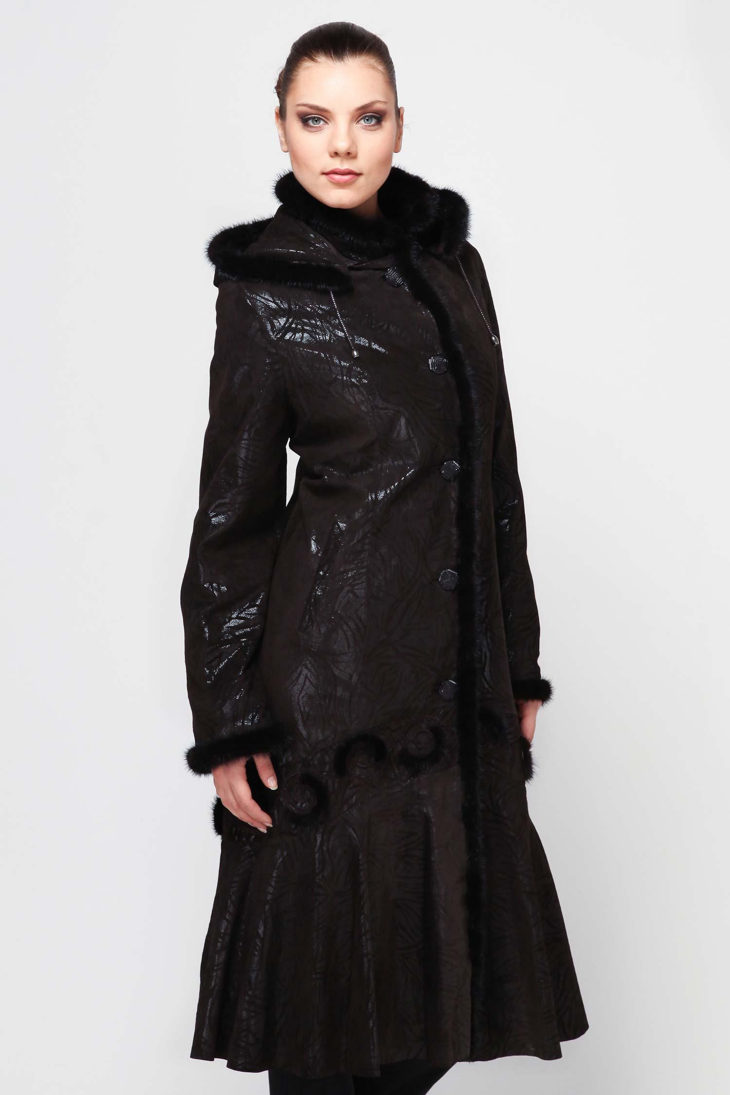 Женское кожаное пальто из натуральной замши (с накатом) с воротником, отделка норкаВосхитительное пальто расклешенного силуэта. Капюшон, воротник, рукава и борт изделия оторочены мехом норки (капюшон по желанию отстегивается). Застегивается на удобные пуговицы через кожаные петли. Изделие станет любимой вещью в демисезонном гардеробе.<br><br>Воротник: Стойка<br>Длина см: 125<br>Материал: Замша с накатом<br>Цвет: Коричневый<br>Вид застежки: Норка<br>Пол: Женский
