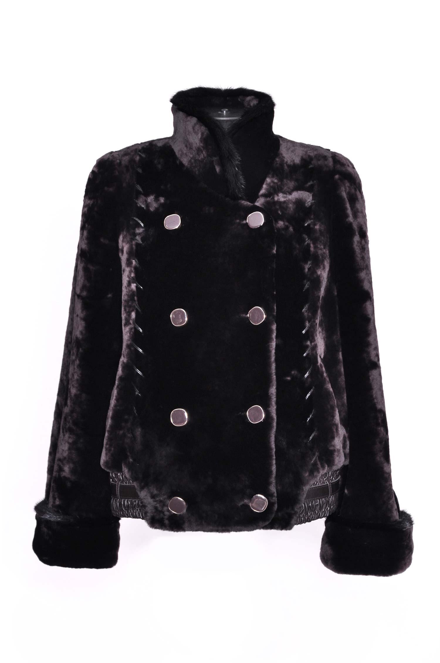 Куртка из мутона с воротником, отделка норкаОригинальная модельная куртка из мутона с воротником-стойкой, отделка норка. Женственная модель со множеством деталей несомненно привлечет внимание окружающих. По всей длине с двух сторон проходят кожаные вставки, резинка по низу изделия украшена декоративным пояском. Изящные расклешенные рукава украшены роскошным мехом норки, а эффектный воротник-стойка не только создает неповторимый элегантный образ, но и согревает в самый сильный мороз.<br><br>Воротник: Стойка<br>Длина см: 75<br>Цвет: Коричневый<br>Вид застежки: Норка<br>Пол: Женский