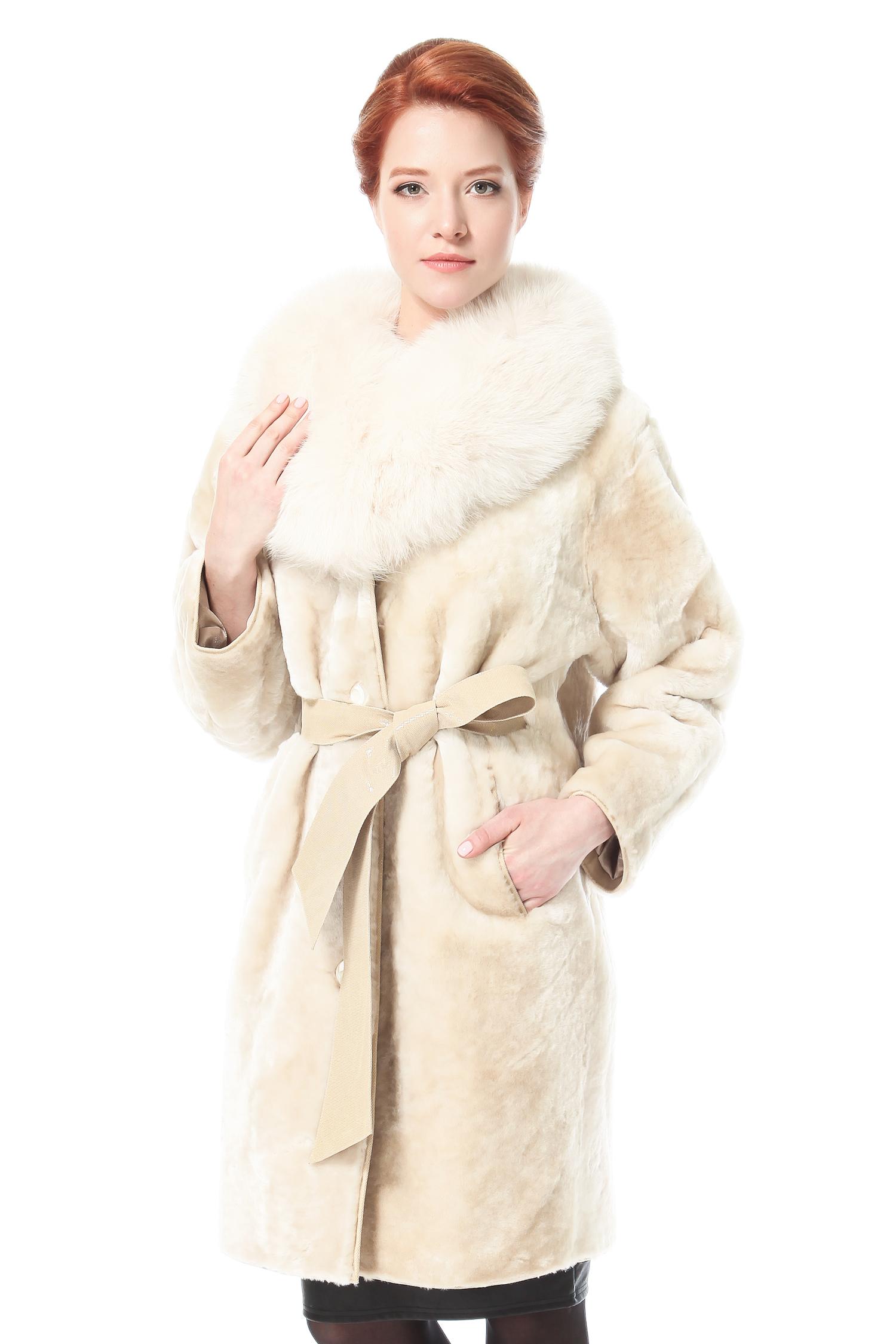 Шуба из мутона с воротником, отделка песецЦвет  сливочный.<br><br>Пальто изготовлено из высококачественного натурального сырья - мутон. Отделка выполнена из меха песца.<br><br>Неимоверно теплое и максимально комфортное меховое пальто является одним из ведущих трендов. Эта модель поможет почувствовать себя более привлекательной и элегантной даже в самый морозный день, укутавшись в большой, уютный песцовый воротник. Счастливым обладательницам пальто, благодаря легкому и романтичному цвету и выраженной фактуре мутона, удастся создать неповторимый образ женственности, кокетства и естественности.<br><br>Воротник: Оригинальный<br>Длина см: 95<br>Цвет: Бежевый<br>Вид застежки: Песец<br>Пол: Женский