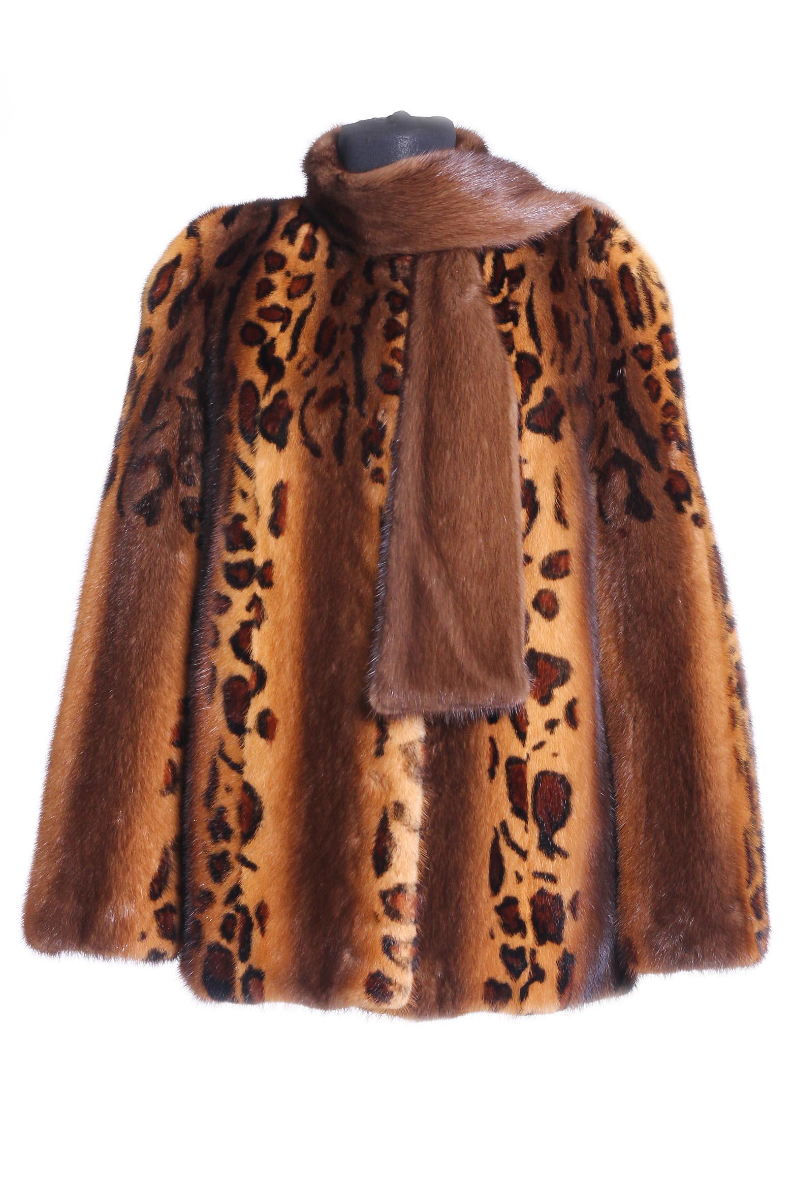 Куртка из норки с воротником, без отделкиВеликолепная куртка из норки прямого силуэта с необычным воротником леопардовой расцветки. Воротник выполнен в виде шарфа, что придает оригинальности модели, а также дополнительно согревает в холод. Необычная, заметная расцветка Леопард выделит хозяйку на фоне остальных и привлечет внимание.<br><br>Пол: Женский