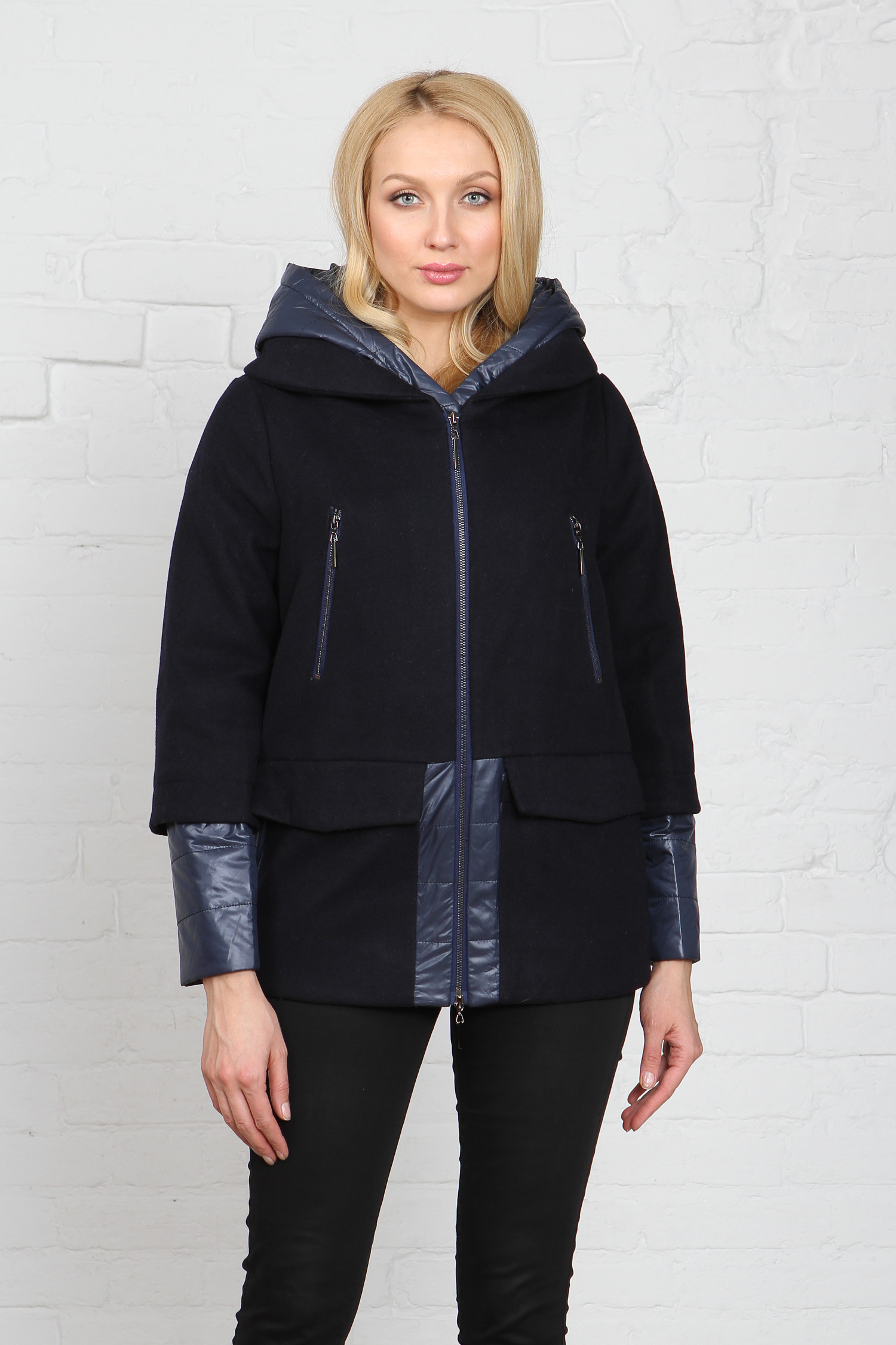 Куртка женская из текстиля с капюшоном, без отделки<br><br>Воротник: капюшон<br>Длина см: Короткая (51-74 )<br>Материал: Текстиль<br>Цвет: синий<br>Вид застежки: центральная<br>Застежка: на молнии<br>Пол: Женский<br>Размер RU: 52