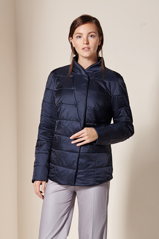 Куртка женская из текстиля с воротником, без отделки<br><br>Воротник: стойка<br>Длина см: Короткая (51-74 )<br>Материал: Текстиль<br>Цвет: синий<br>Вид застежки: потайная<br>Застежка: на молнии<br>Пол: Женский<br>Размер RU: 56
