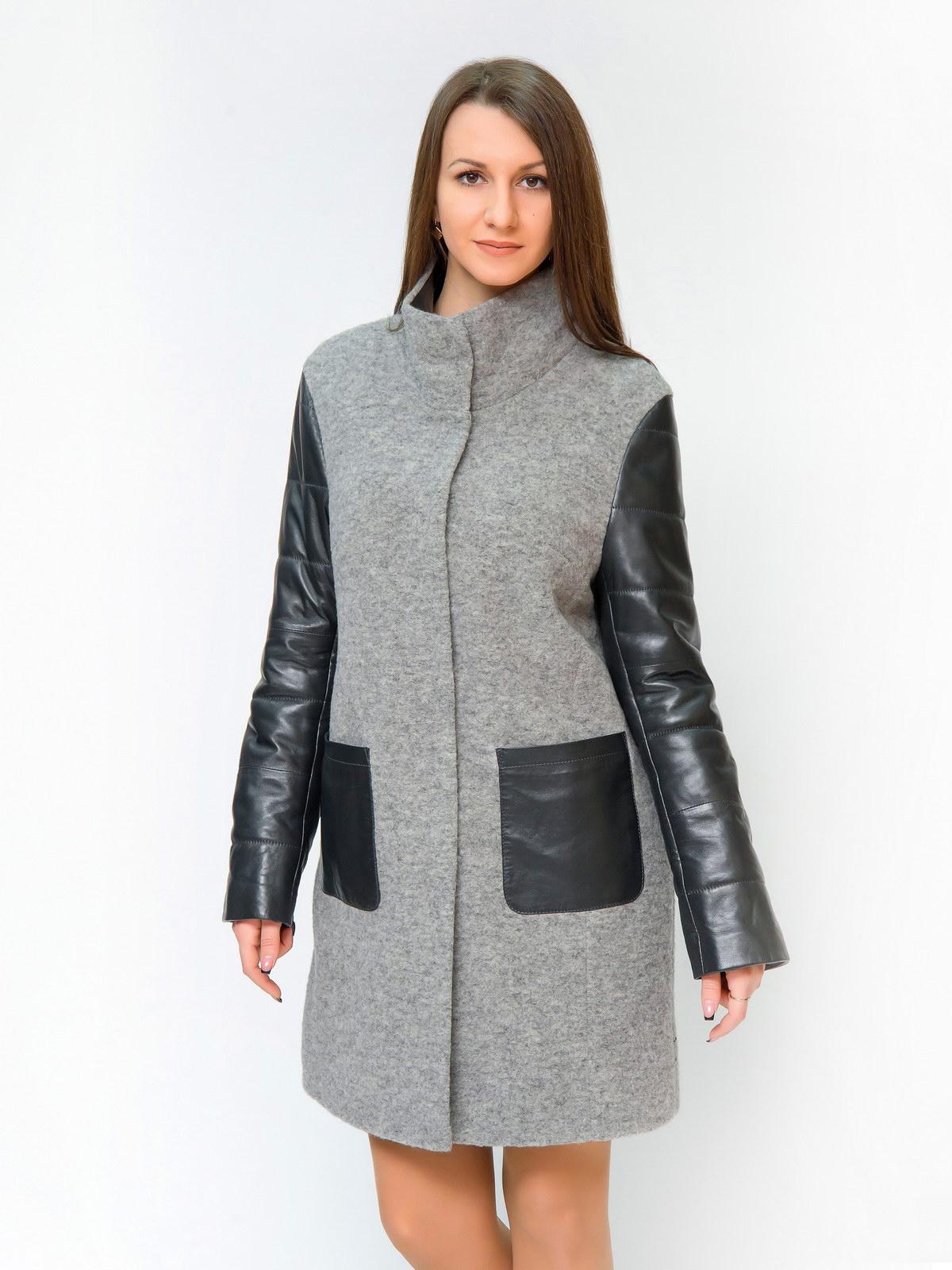 Женское пальто с воротником, без отделкиЦвет - серый меланж.<br><br>Пальто с кожаными рукавами - абсолютный хит сезона. Сочетание шерсти и натуральной кожи - великолепная дизайнерская находка. Во-первых, это очень функционально. Представьте, когда идет дождь и Вы держите зонт, рукав обязательно намокнет. Благодаря вставкам из натуральной кожи, с непогодой станет еще проще бороться. Во-вторых, тандем двух материалов - шерсти и натуральной кожи создает очень правильную геометрию пальто. Благодаря чему, фигура кажется более вытянутой. Глухой воротник-стойка также с отделкой из натуральной кожи. Застежка пальто выполнена на кнопки. Завершают дизайн пальто крупные накладные карманы, которые выполняют роль функционального акцента.<br><br>Вид застежки: центральная<br>Длина см: Длинная (свыше 90)<br>Застежка: на кнопки<br>Воротник: стойка<br>Материал: Шерсть<br>Цвет: серый<br>Пол: Женский<br>Размер RU: 44