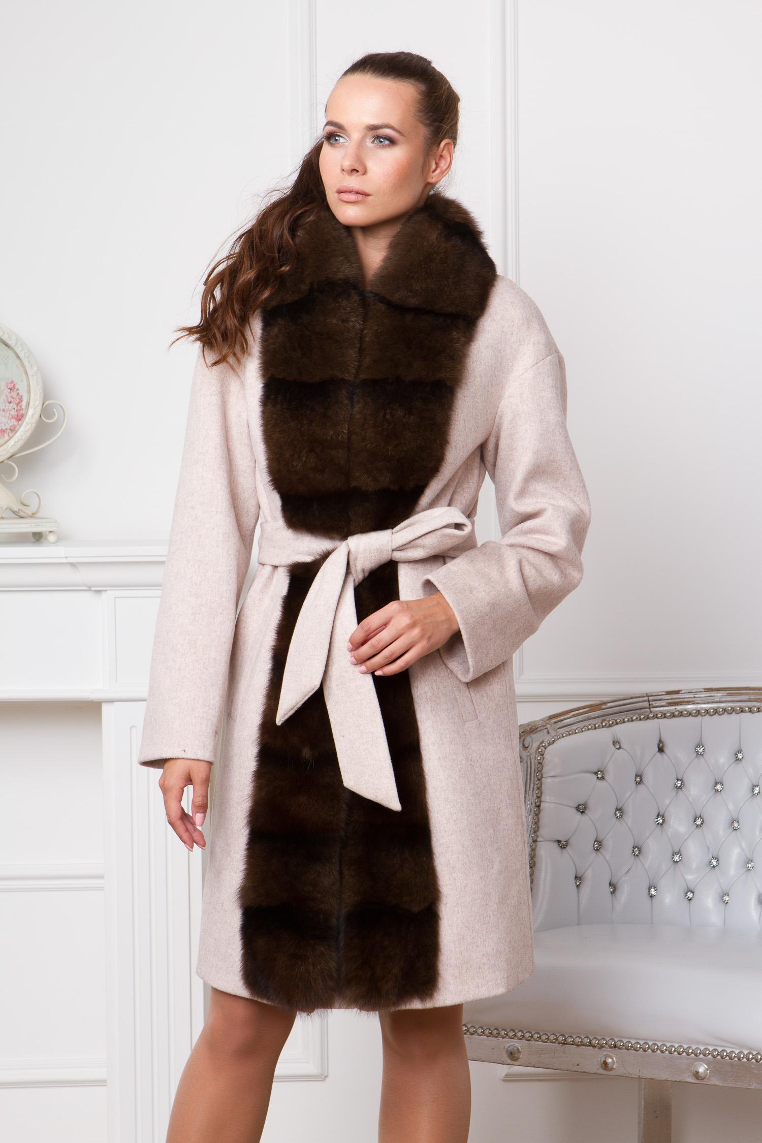 Женское пальто с воротником, отделка песец<br><br>Воротник: шаль<br>Длина см: Длинная (свыше 90)<br>Материал: Текстиль<br>Цвет: бежевый<br>Вид застежки: потайная<br>Застежка: на кнопки<br>Пол: Женский<br>Размер RU: 50