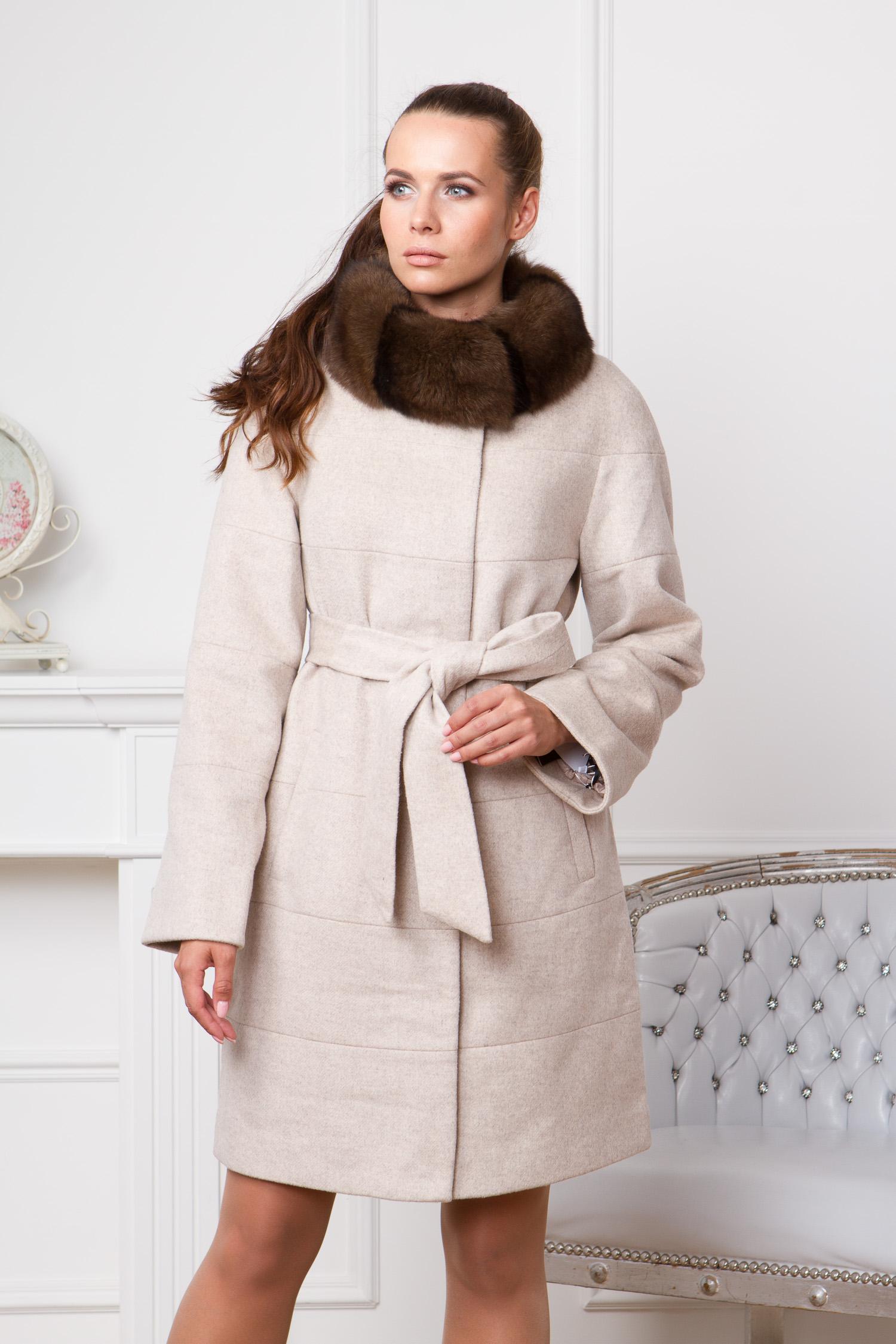 Женское пальто с воротником, отделка песец<br><br>Воротник: стойка<br>Длина см: Длинная (свыше 90)<br>Материал: Текстиль<br>Цвет: бежевый<br>Вид застежки: потайная<br>Застежка: на молнии<br>Пол: Женский<br>Размер RU: 60