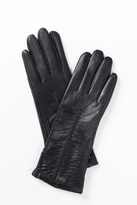 Перчатки женские из натуральной кожиПревосходные перчатки из натуральной кожи. Декорированы прострочками. Удлиненная модель станет прекрасным дополнением Вашего образа.<br><br>Длина см: 30<br>Материал: Кожа плонже<br>Цвет: Черный<br>Пол: Женский