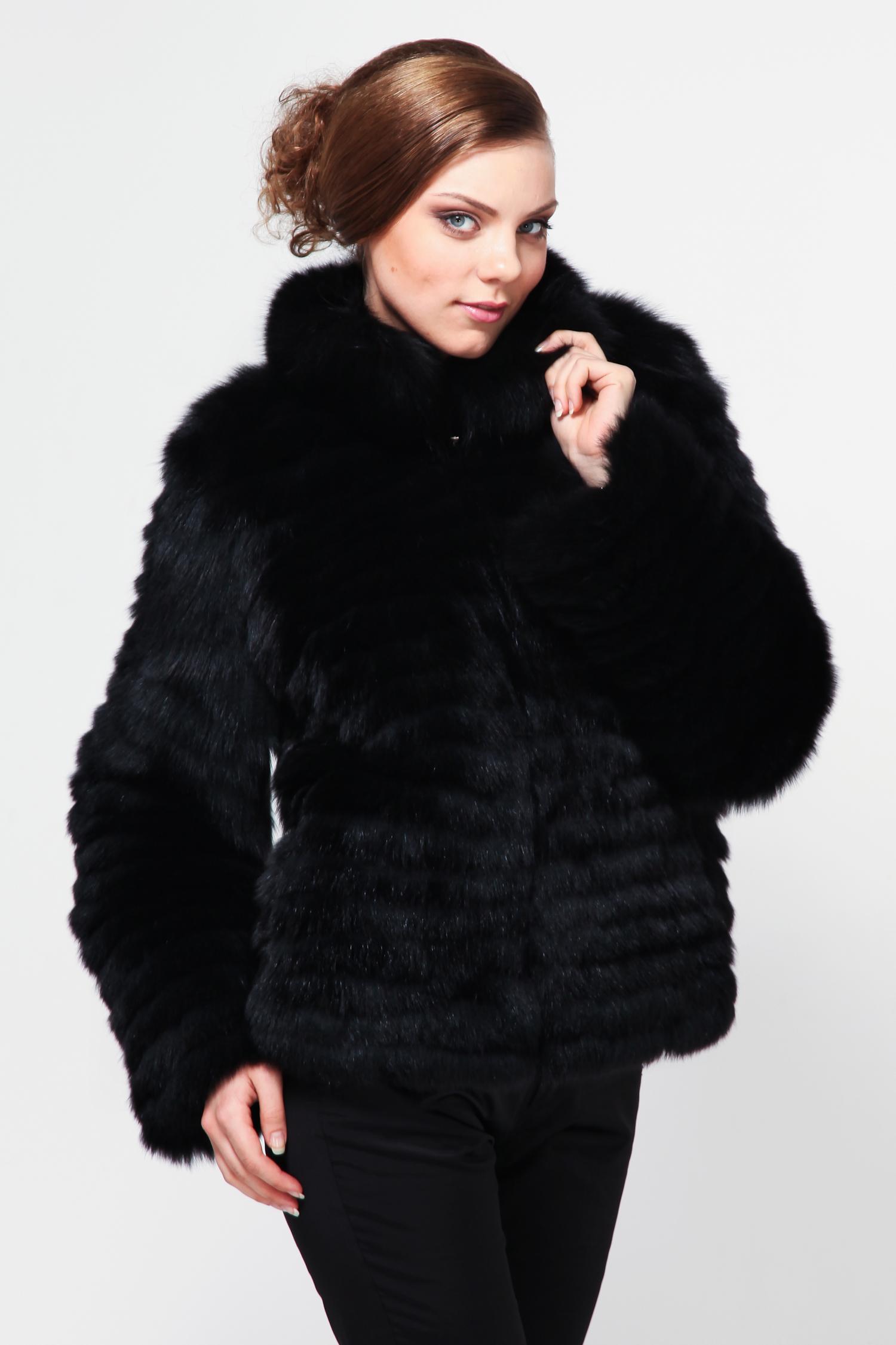 Куртка из песца с воротникомСтильная куртка станет незаменимой вещью в женском гардеробе. Изделие выполнено из натурального меха песца. Застегивается на молнию. Украшением служат роскошный воротник, который идет в отделке из песца, а также рукава изделия. Стильный вариант для прохладной погоды. Классический фасон будет моден на протяжении многих лет.<br><br>Воротник: стойка<br>Длина см: Короткая (51-74 )<br>Цвет: черный<br>Застежка: на молнии<br>Пол: Женский<br>Размер RU: 46