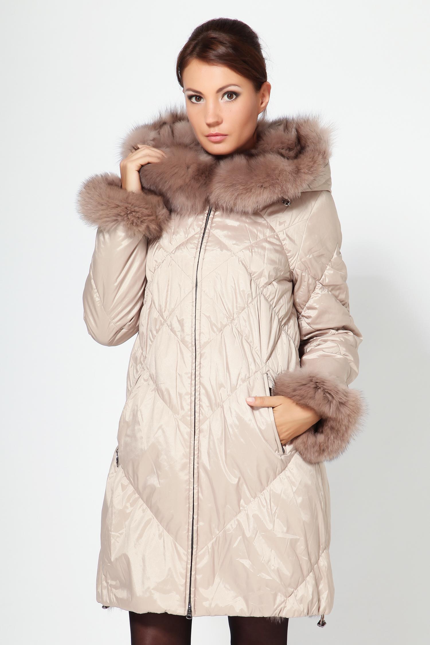 Пальто двустороннее с капюшоном, отделка песецПеред Вами весьма оригинальное двусторонее пальто цвета нежного золота с капюшоном. Одна сторона выполнена из высококачественного текстиля (отталкивает воду, легко устраняются любые загрязнения), а вторая из меха песца. Одна из главных особенностей этого изделия - это удивительная легкость, что для верхней одежды огромный плюс. Отделка капюшона выполнена из меха песца. Застегивается пихора на змейку. Эту модель можно носить до -10 градусов. Фасон прямой, низ можно стягивать на фиксирующийся шнурок. В этом пальто Вы будете выглядеть роскошно каждый день!<br><br>Воротник: Капюшон<br>Длина см: 90<br>Материал: Текстиль/песец<br>Цвет: Золото<br>Вид застежки: Песец<br>Пол: Женский