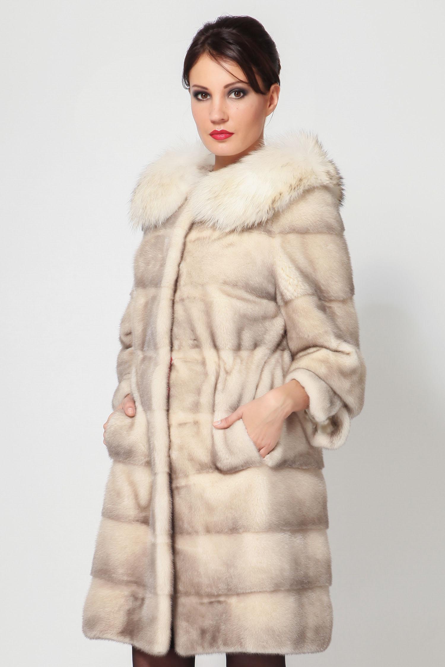 Шуба из норки с воротником, отделка енотВосхитительное пальто из меха скандинавской норки Silver blue, выполненное в элегантном женственном исполнении. Модель дополнена изысканным воротником Шанель, который отделан роскошным мехом енота.<br><br>Пальто оформлено изящной кулиской, которая гармонично смотрится. Мех из аукционной норки, имеются карманы. Шикарная модель!<br><br>Воротник: Оригинальный<br>Длина см: 90<br>Цвет: Бежевый<br>Вид застежки: Енот<br>Пол: Женский