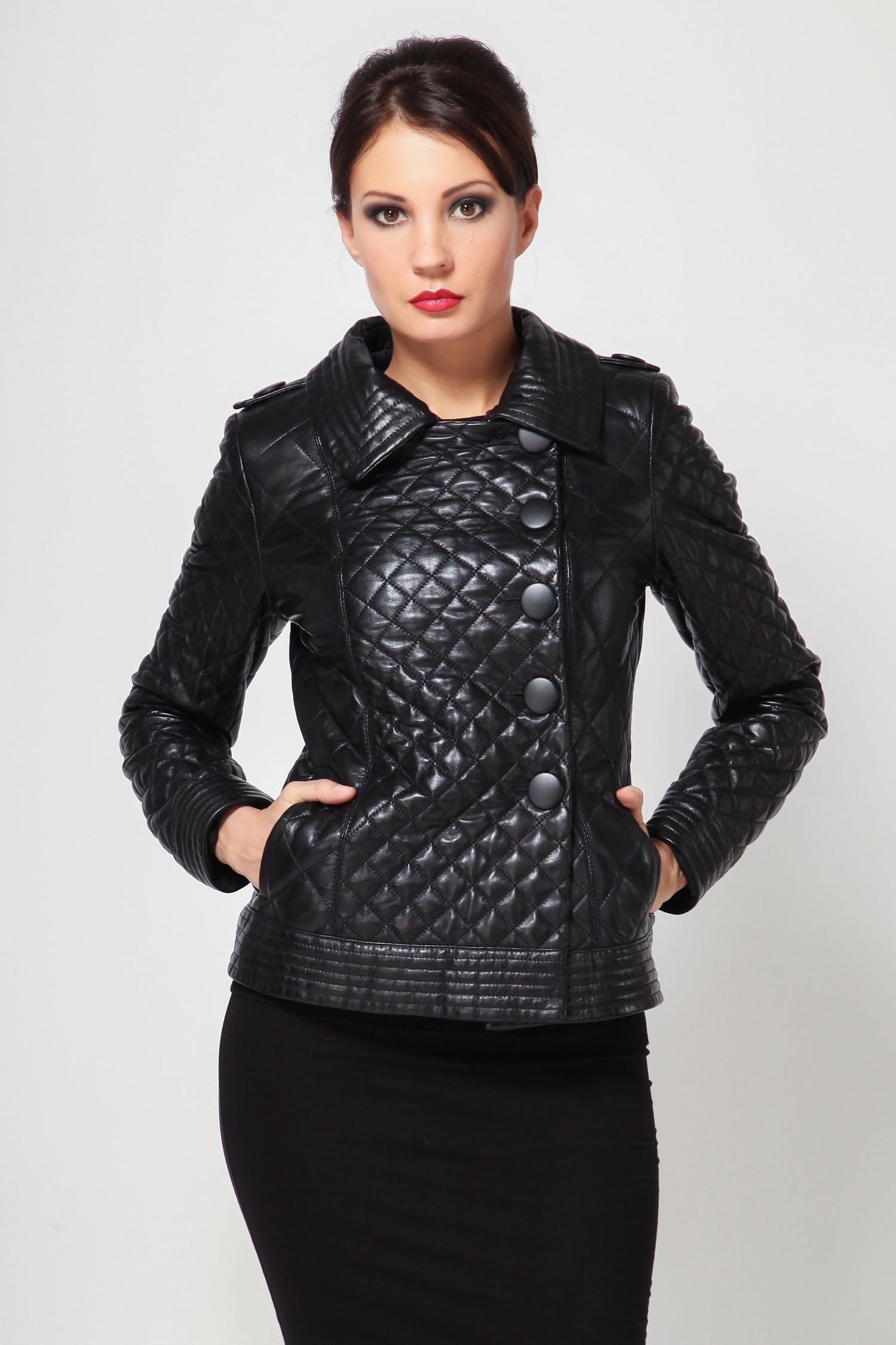 Женская кожаная куртка из натуральной кожи с воротником, отделка лисаКлассическая черная кожаная куртка  это стильная новинка нашего каталога. Выполненная из натуральной кожи прекрасного качества, она займет первое место в вашем весеннем гардеробе. Легкая и модная, простая и удобная по крою, она еще и довольно теплая  подходит на прохладную погоду.<br><br>В этом сезоне очень модно носить куртки с таким воротником. Воротник из меха чернобурой лисы, который отстегивается и превращается в классический отложной воротник.<br><br>Куртка застегивается на пуговицы. По бокам два прорезных кармана, довольно вместительных. Данная модель благодаря классическому цвету и покрою одинаково хорошо подойдет и к мини-юбке, и к джинсам, и к узким брюкам. Представьте, как она будет Вам и всем окружающим поднимать настроение?!<br><br>Воротник: Обычный<br>Длина см: 55<br>Материал: Плонже<br>Цвет: Черный<br>Вид застежки: Лиса<br>Пол: Женский